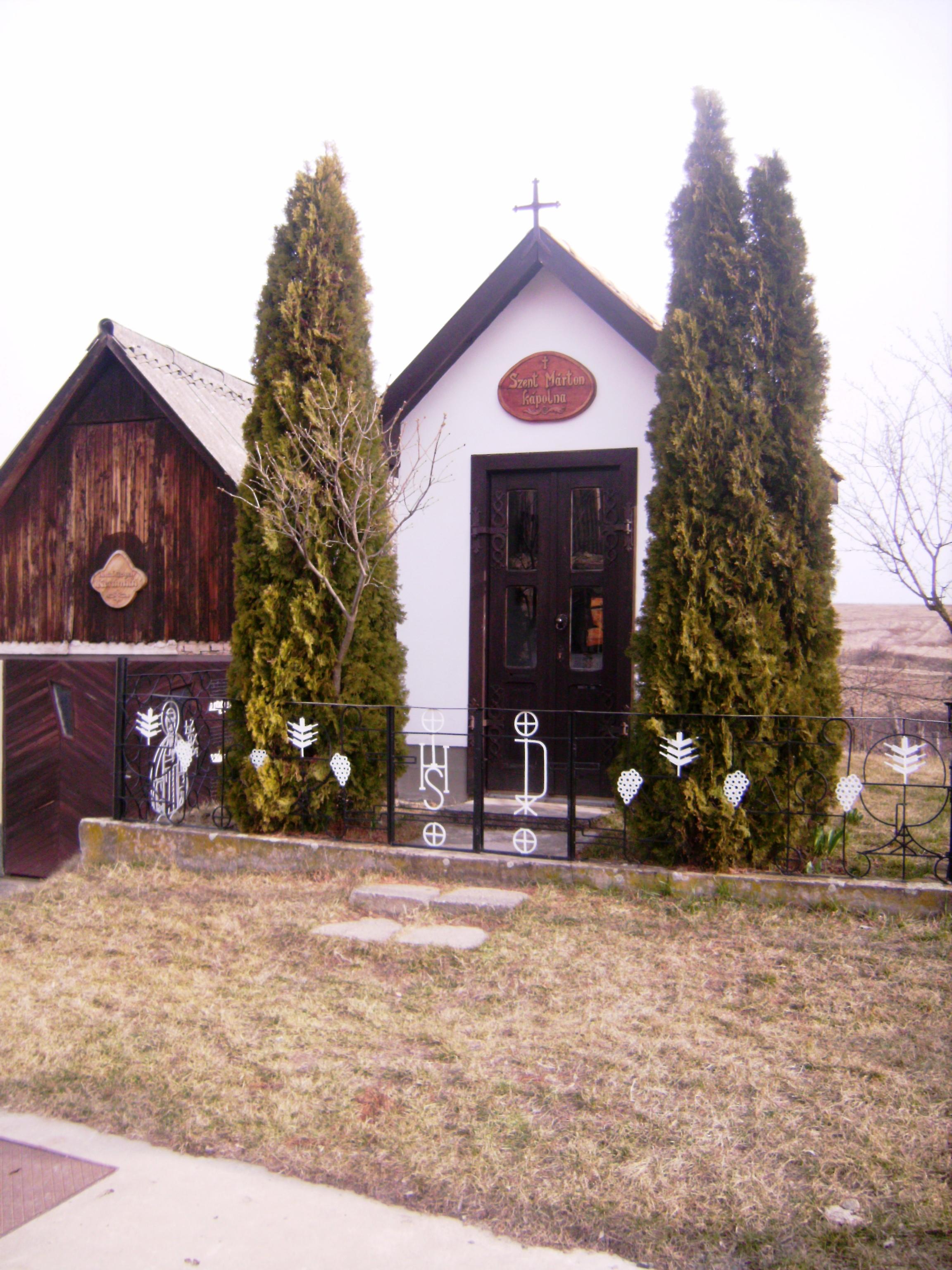 Rögtön az ófalu 'bejáratánál' ez a kedves kis Szent Márton kápolna fogadja a látogatót.