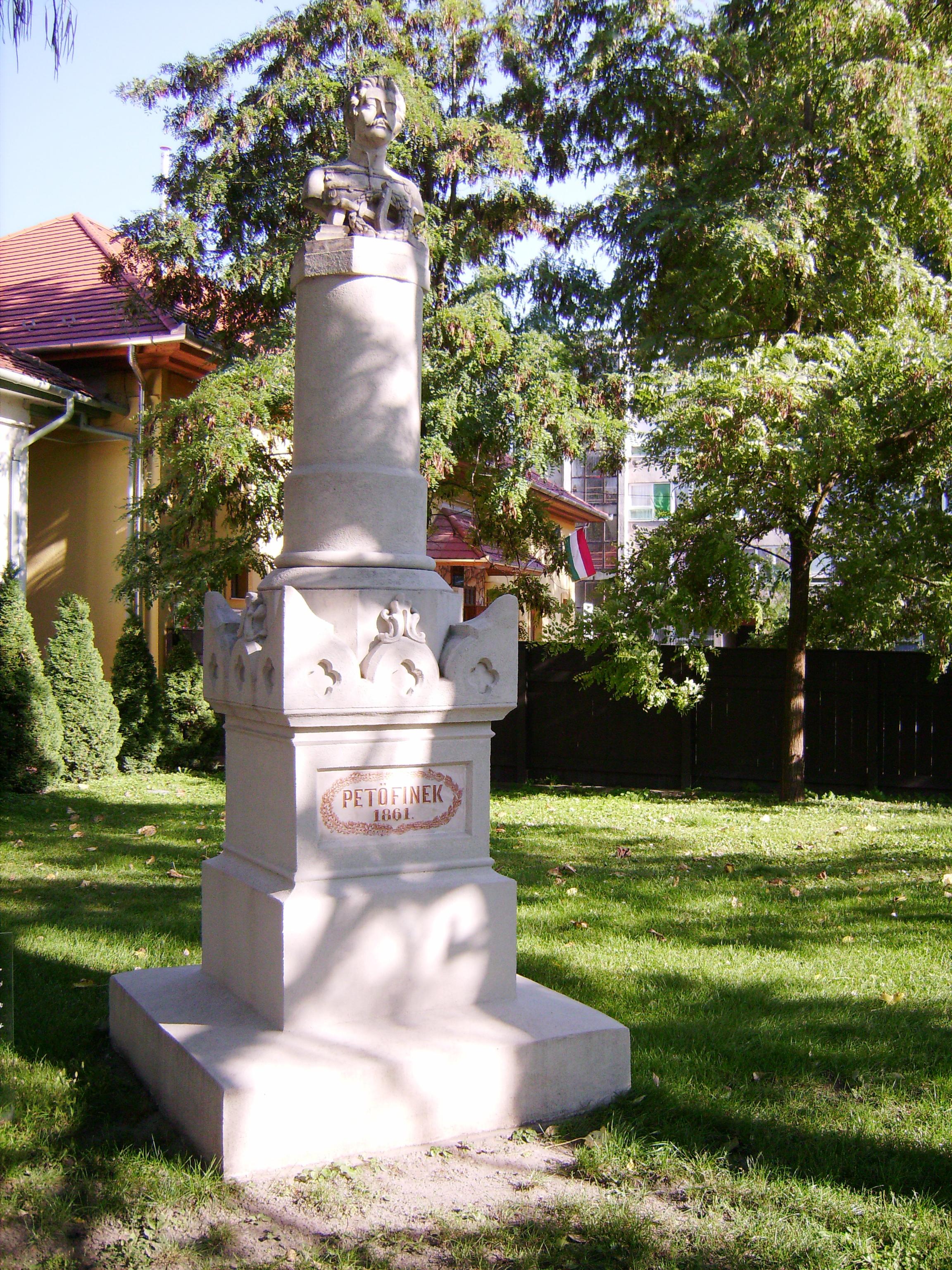 A világ első köztéri Petőfi-szobrát Kiskőrös város lakossága állíttatta 1862-ben. A szobrot a pesti Gerenday-cég műhelyében készítették 1861-ben