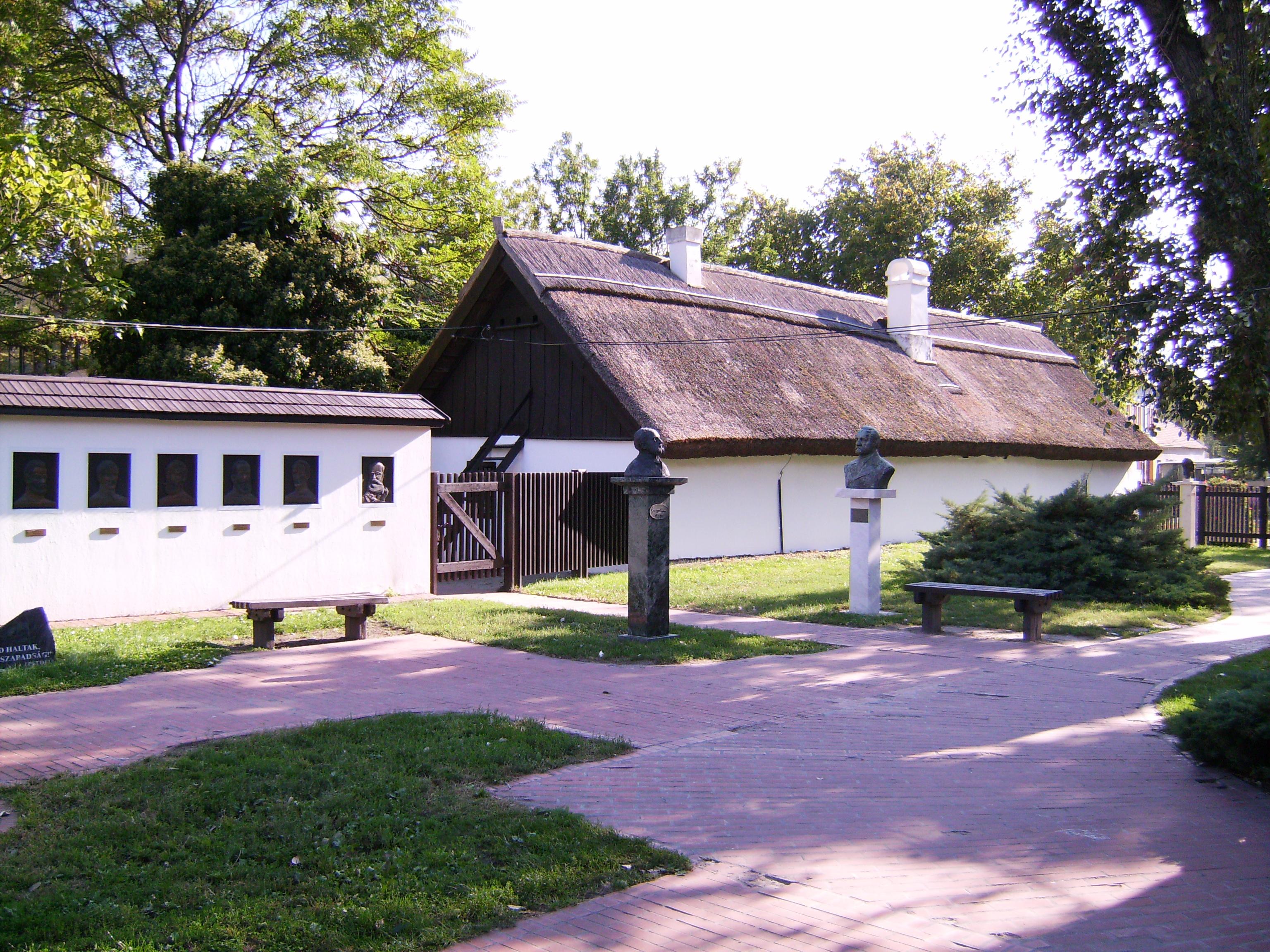 Az Aradi vértanúk emlékfala <br />Tóth Baranyi Lajos alkotása<br /><br />Az aradi vértanúkon kívül még gróf Batthyány Lajos is szerepel a domborművek sorában. A 150. évfordulóra emlékezve 1999. október 6-án adták át a dombormű-sorozatot.