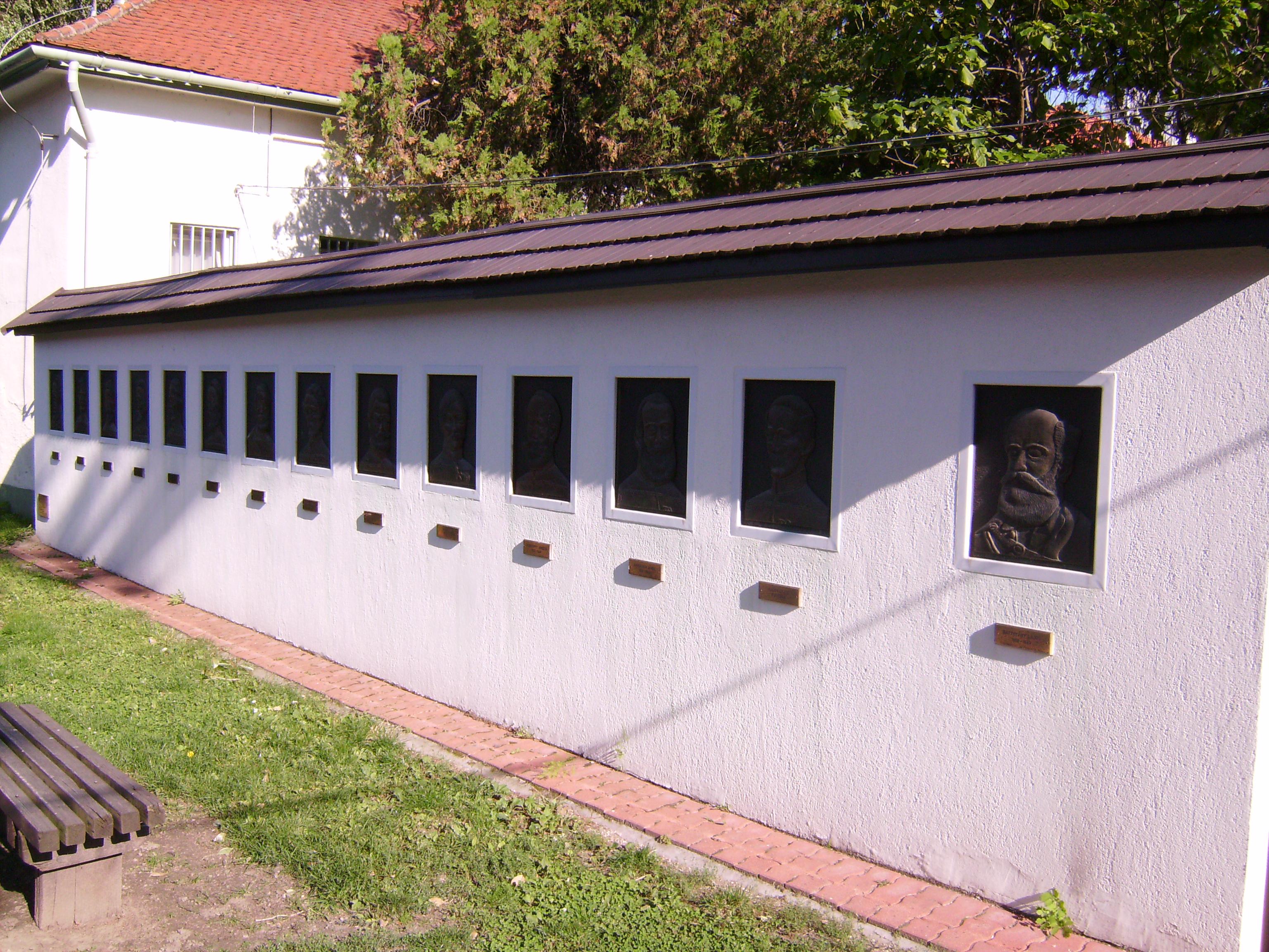 A Petőfi-házat a Múzeummal az Aradi vértanúk emlékfala és a