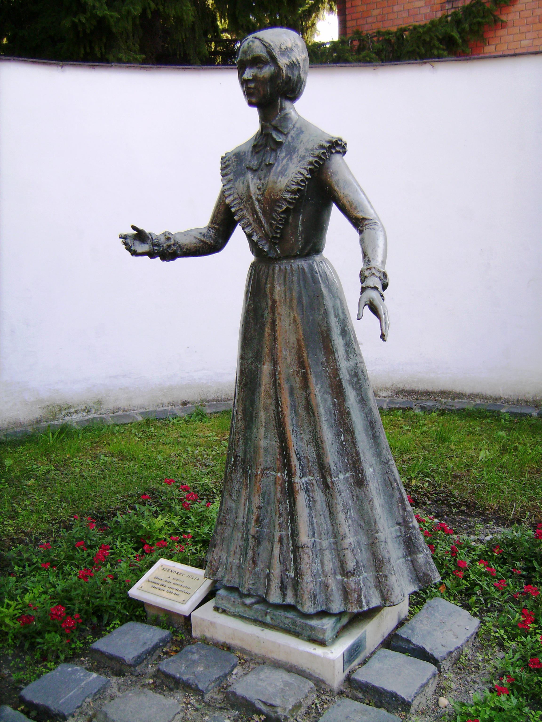 A zsinagóga melletti terecskén áll 1986. május 24-étől Szendrey Júlia - ahogy a férje, Petőfi Sándor nevezte: 'feleségek felesége' - egész alakos szobra, Domonkos Béla alkotása.<br />