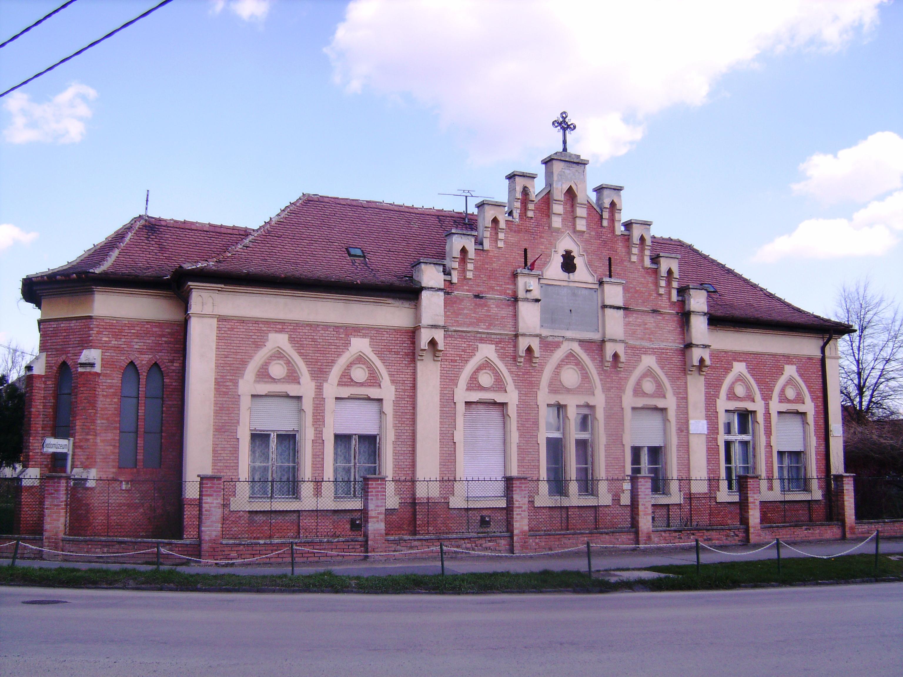 Az egykori gyermekkertet 1883-ban romantikus stílusban építtette gróf Brunszvik Géza. Ma is óvoda működik az 1900-ban újjáépített, azóta többször felújított épületben. (Forrás: vendegvaro.hu)