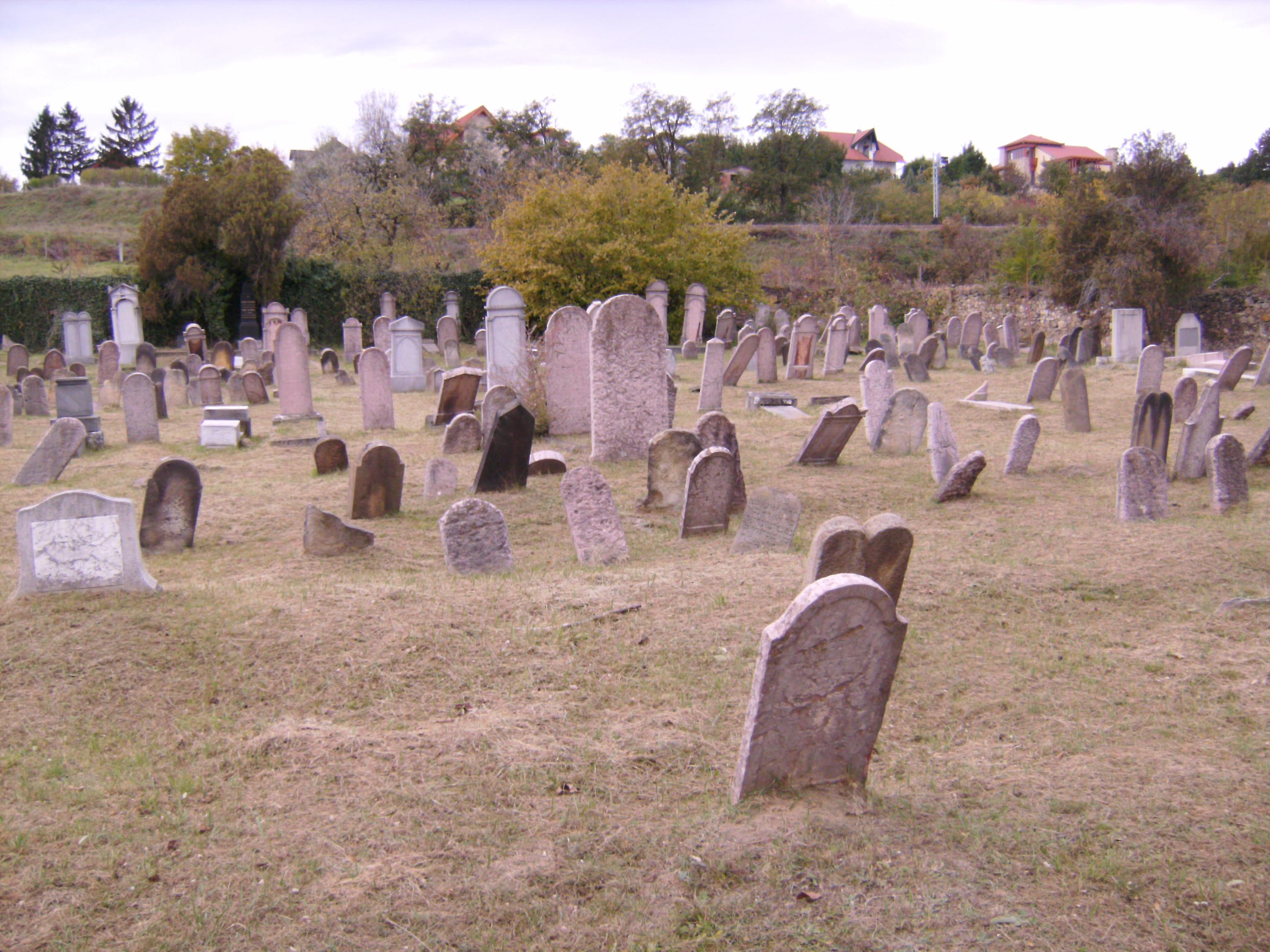 Szigorúan tilos urnába, mauzóleumba, kriptába vagy egyéb nem-földbe történő helyekre temetni.