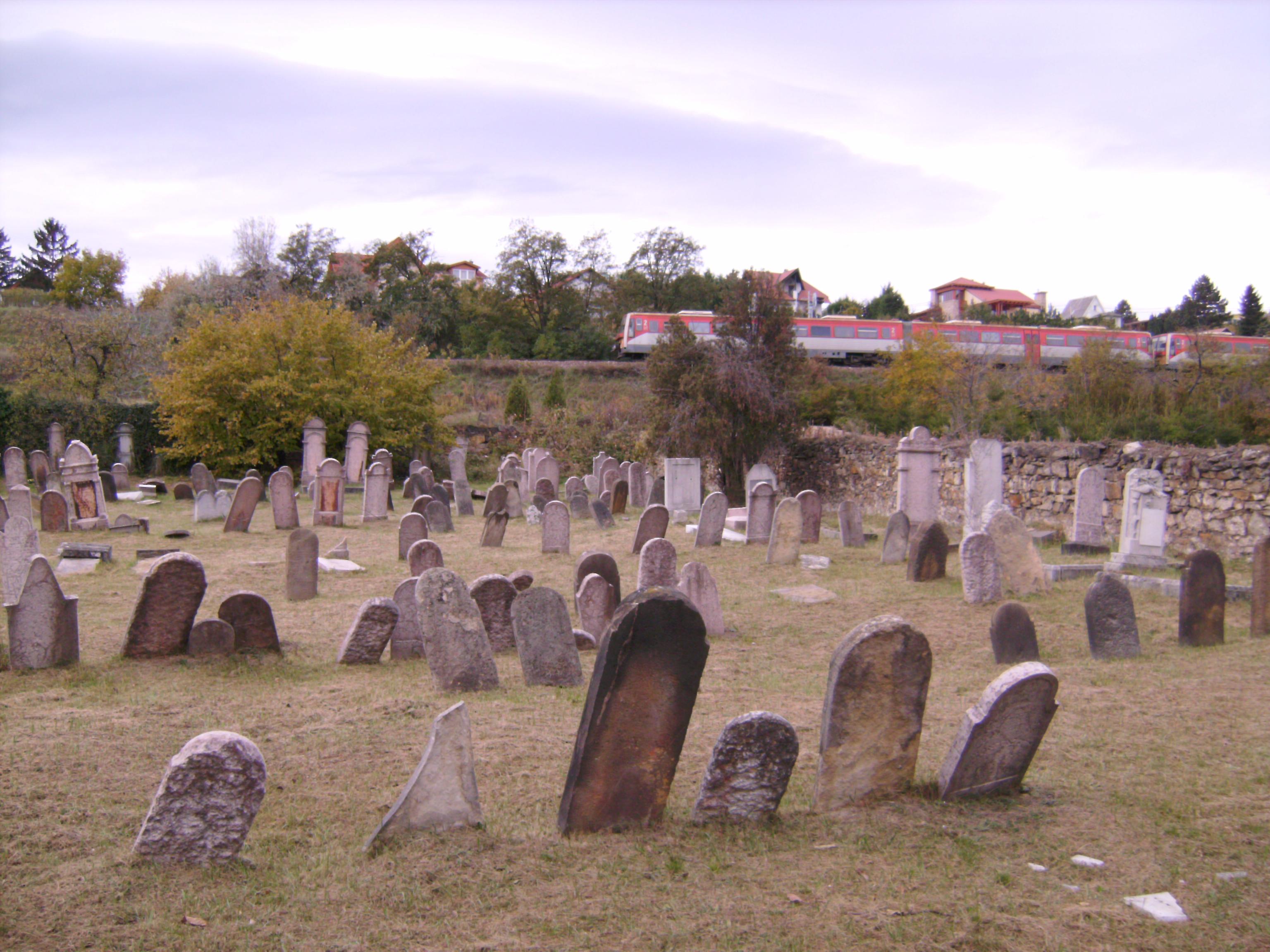 virágot elhelyezni a sírra - bár e tekintetben egyes modernebb hitközségek ezt már megengedik.