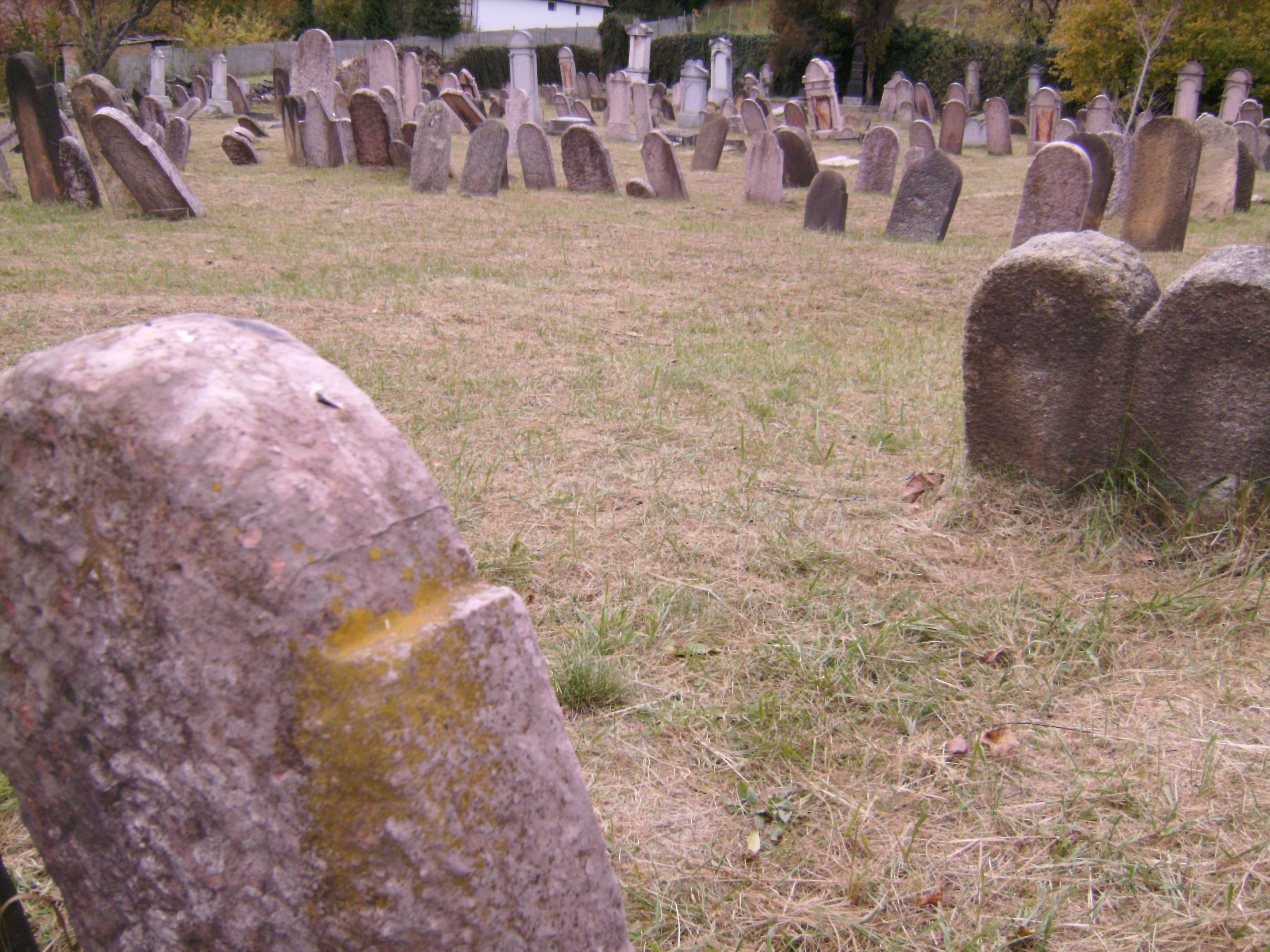 Csak olyan halottakat temetnek egymás mellé, akik életükben is vallásosság, zsidó tudomány, műveltség vagy jótékonyság tekintetében hasonló értékűek voltak