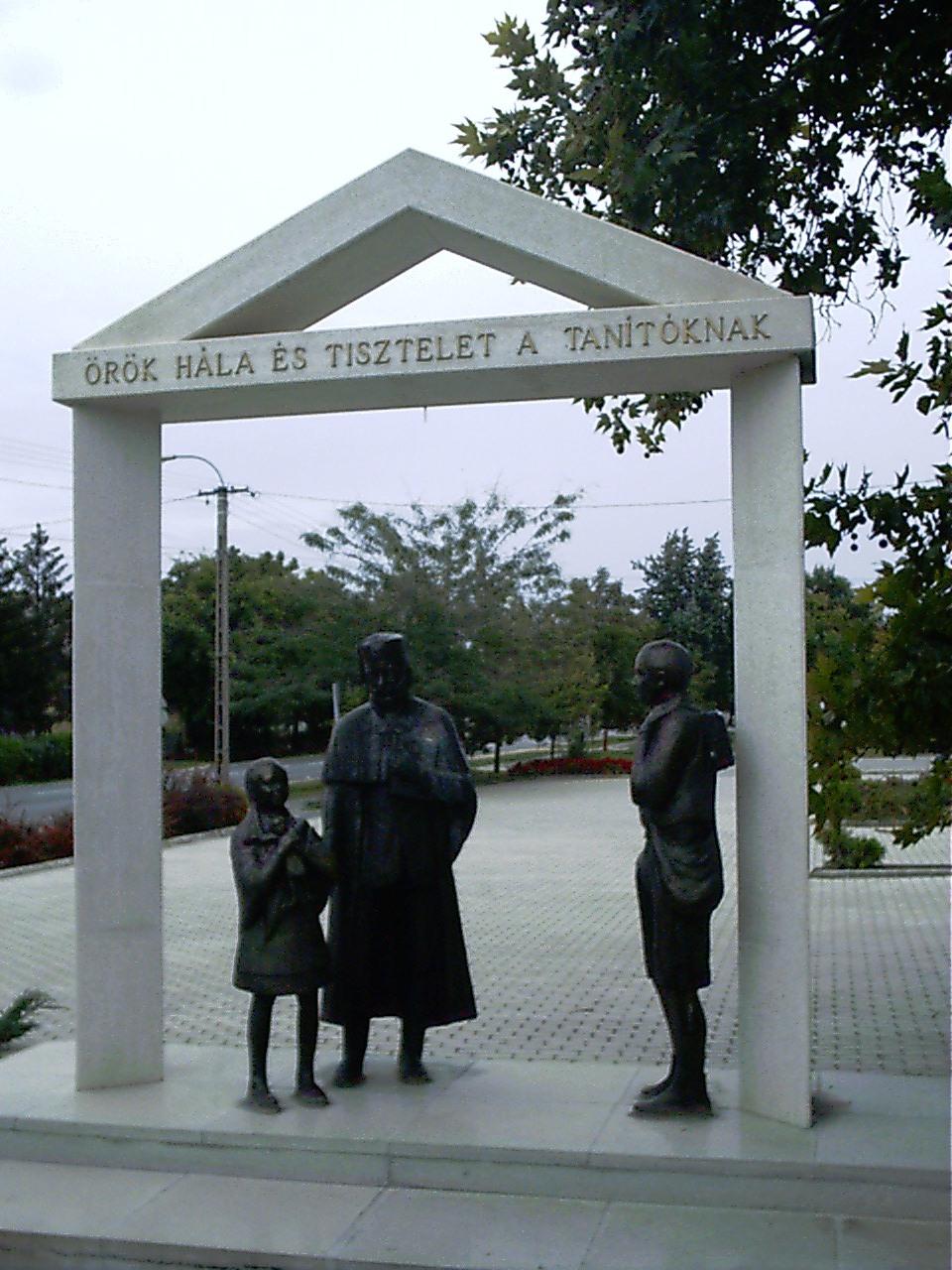 Soltvadkert az egyetlen - általunk látott - település, ahol szobrot állítottak a tanítóknak.