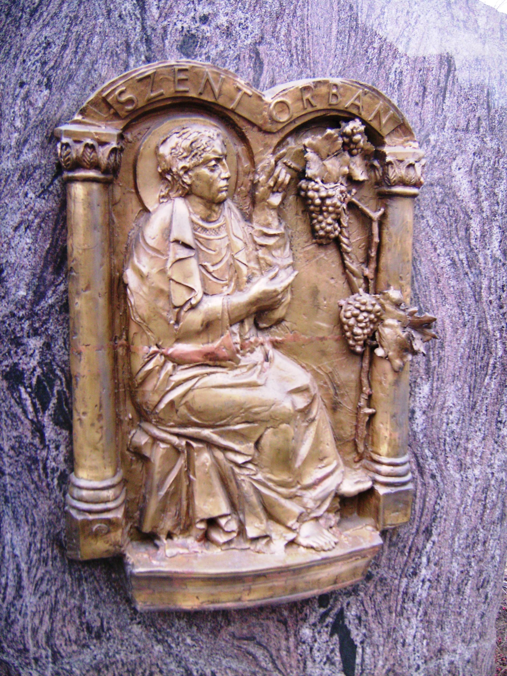 Szent Orbán a szőlőket védelmező szent, nem csoda, hogy az alapvetően szőlőtermesztésből élő soltvadkertiek emléket állítottak neki.