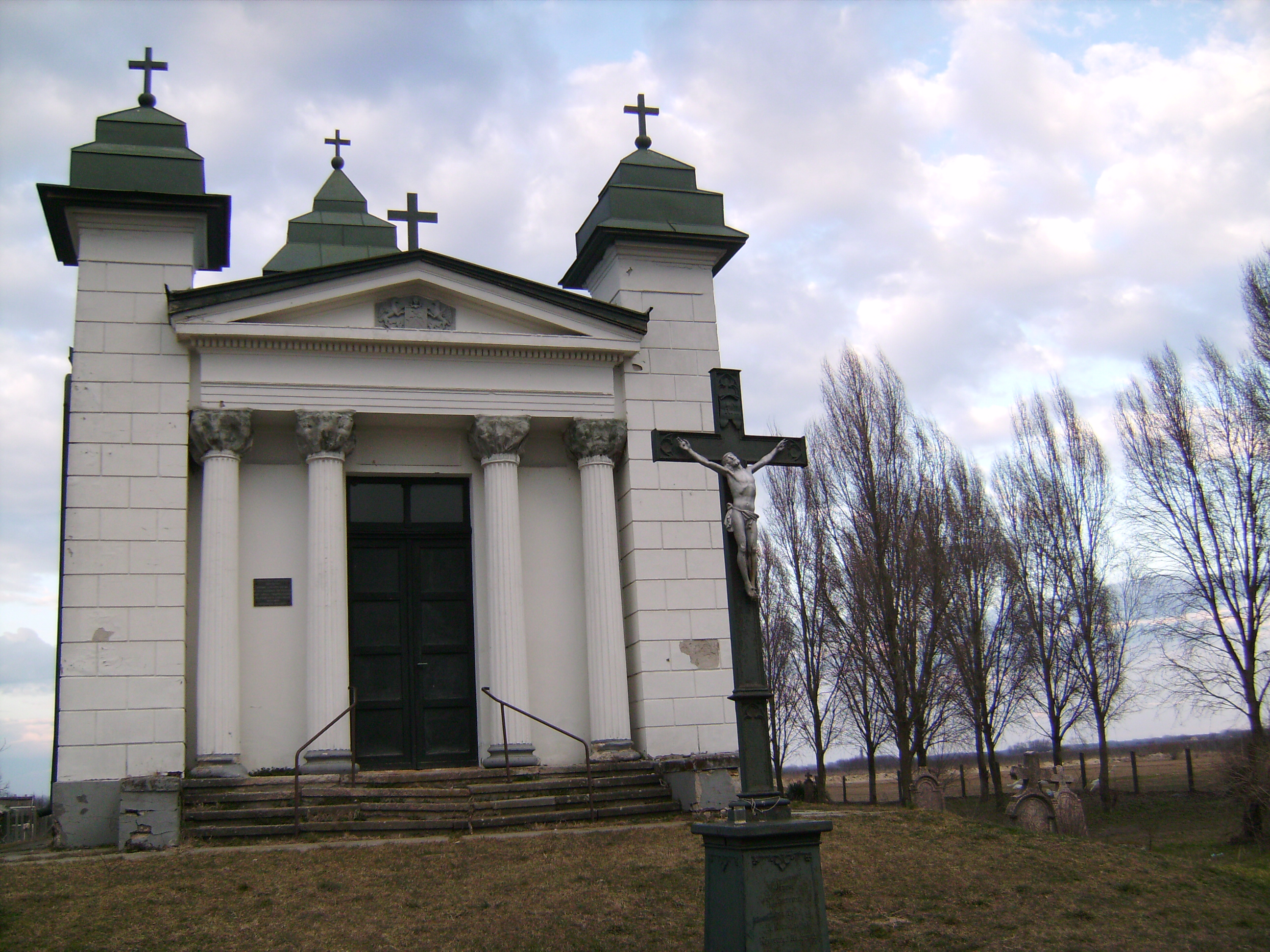 Meglepő módon az evangélikus temetőtől nem messze - a katolikus temető a város ellentétes oldalán van - áll a Szent Kereszt kápolna.