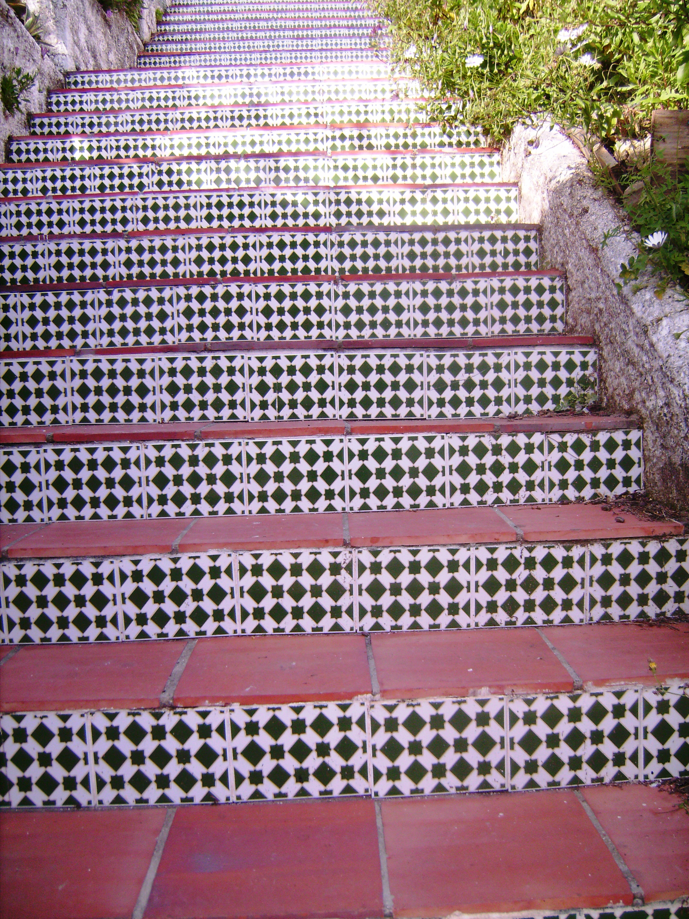 Meg a csempével kirakott lépcsők.