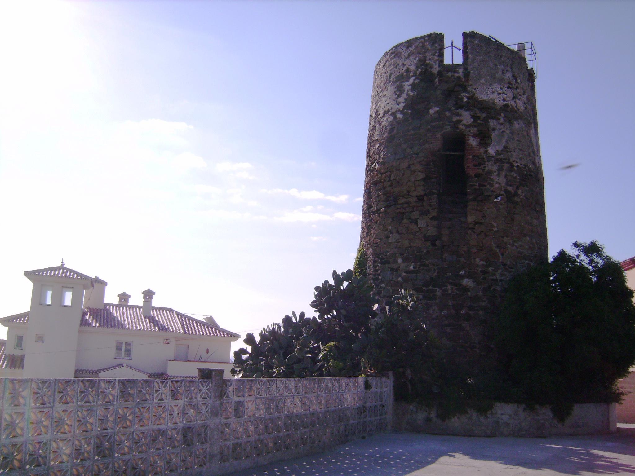 """A város másik jelképe – a világítótorony mellett – a """"Torre de Calaburras"""", egy vélhetően a 16. században épült őrtorony, része annak a figyelőrendszernek, amely Granada Királyság védelmét volt hivatott szolgálni végig a tengerparton."""