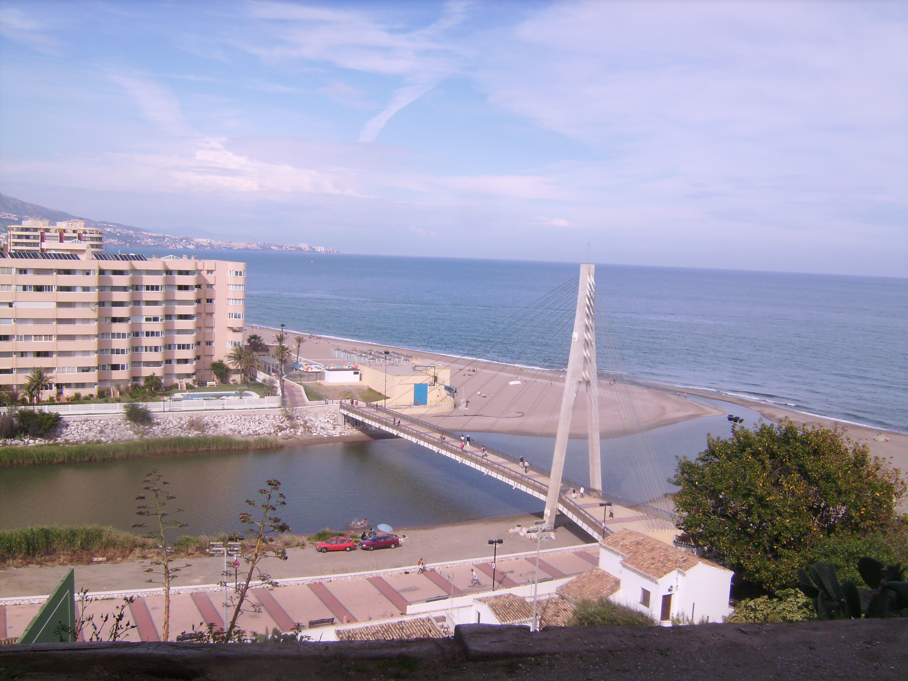 és az ő hídja, közvetlenül ott, ahol beletorkollik a tengerbe.