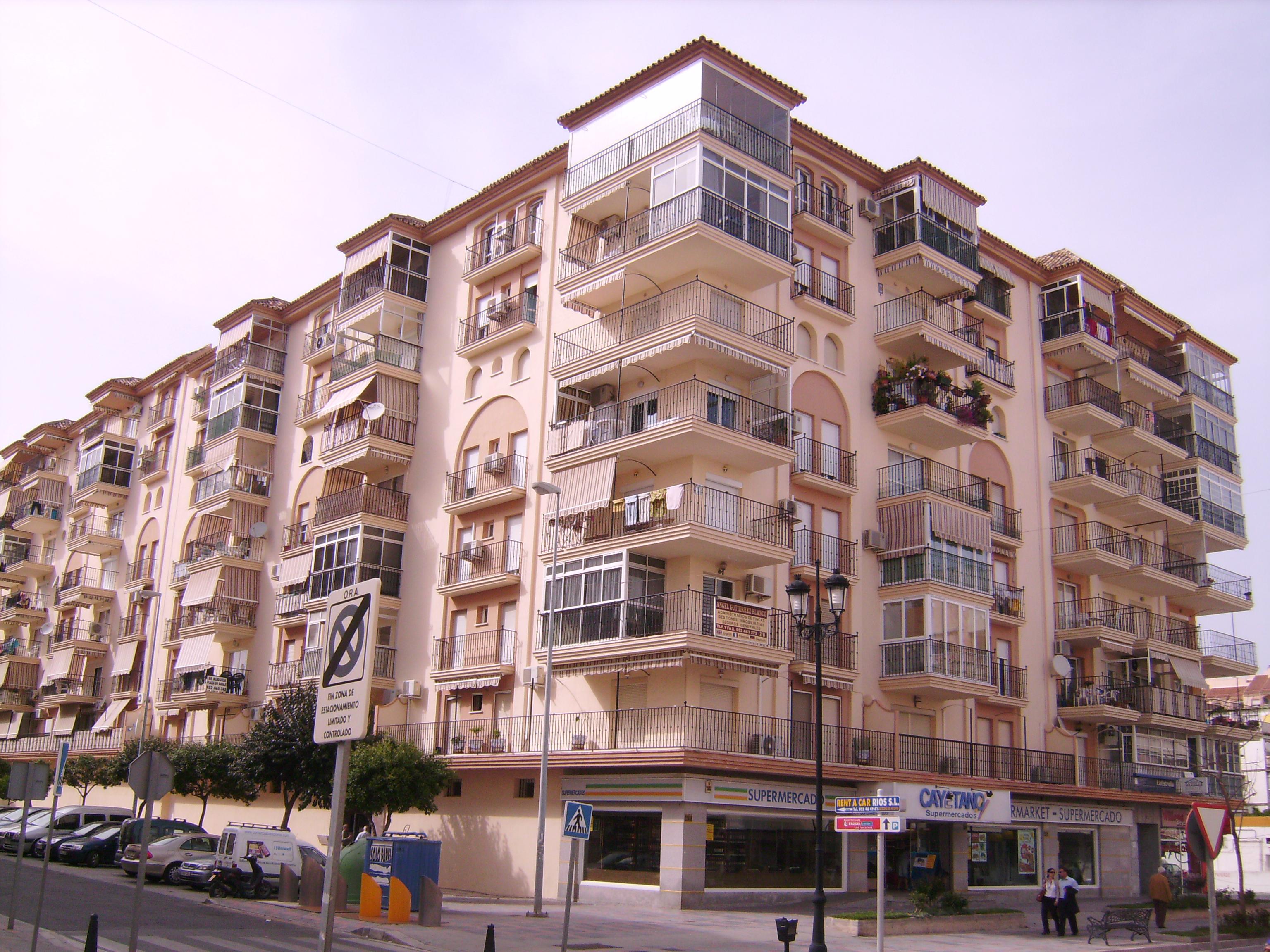 Nekünk roppant tetszenek ezek a modern lakótelepek, mivel sikerült a betonba egy kis 'Andalúziát' csempészni.
