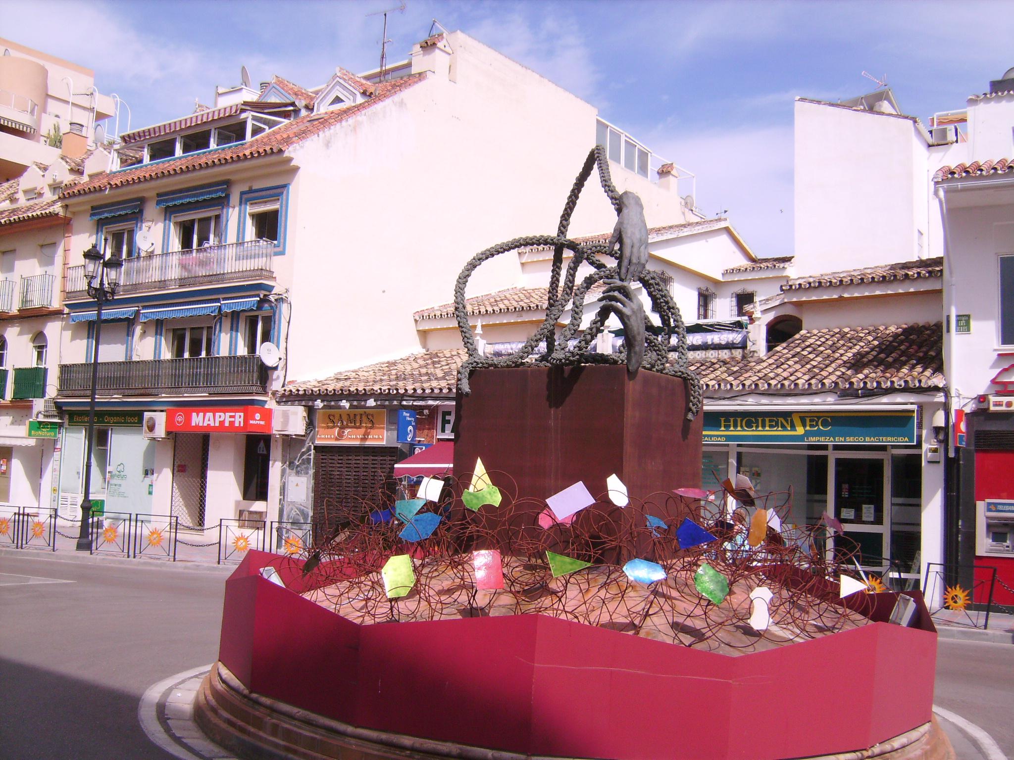 Említettem már, hogy a spanyolok igen nagy hangsúlyt fektetnek a körforgalom-szigetek dekorációjára.<br />Ez egy modern installáció,