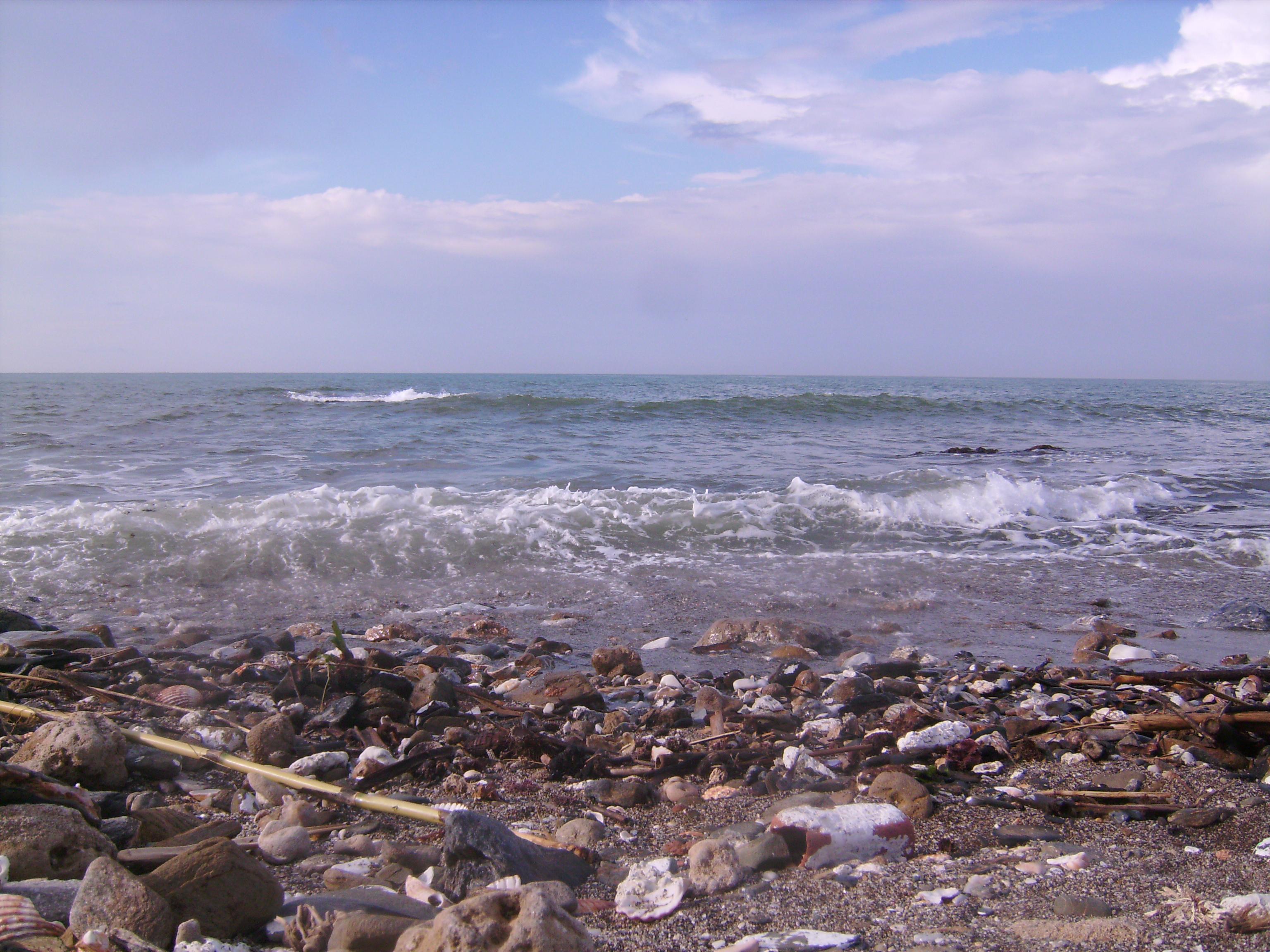 A tengeren dobol a vad tüzü Nap,<br />a tengert veri,tépi a szél,<br />a tenger tanítja a népdalokat,<br />a tenger íze,mint a vér.<br />