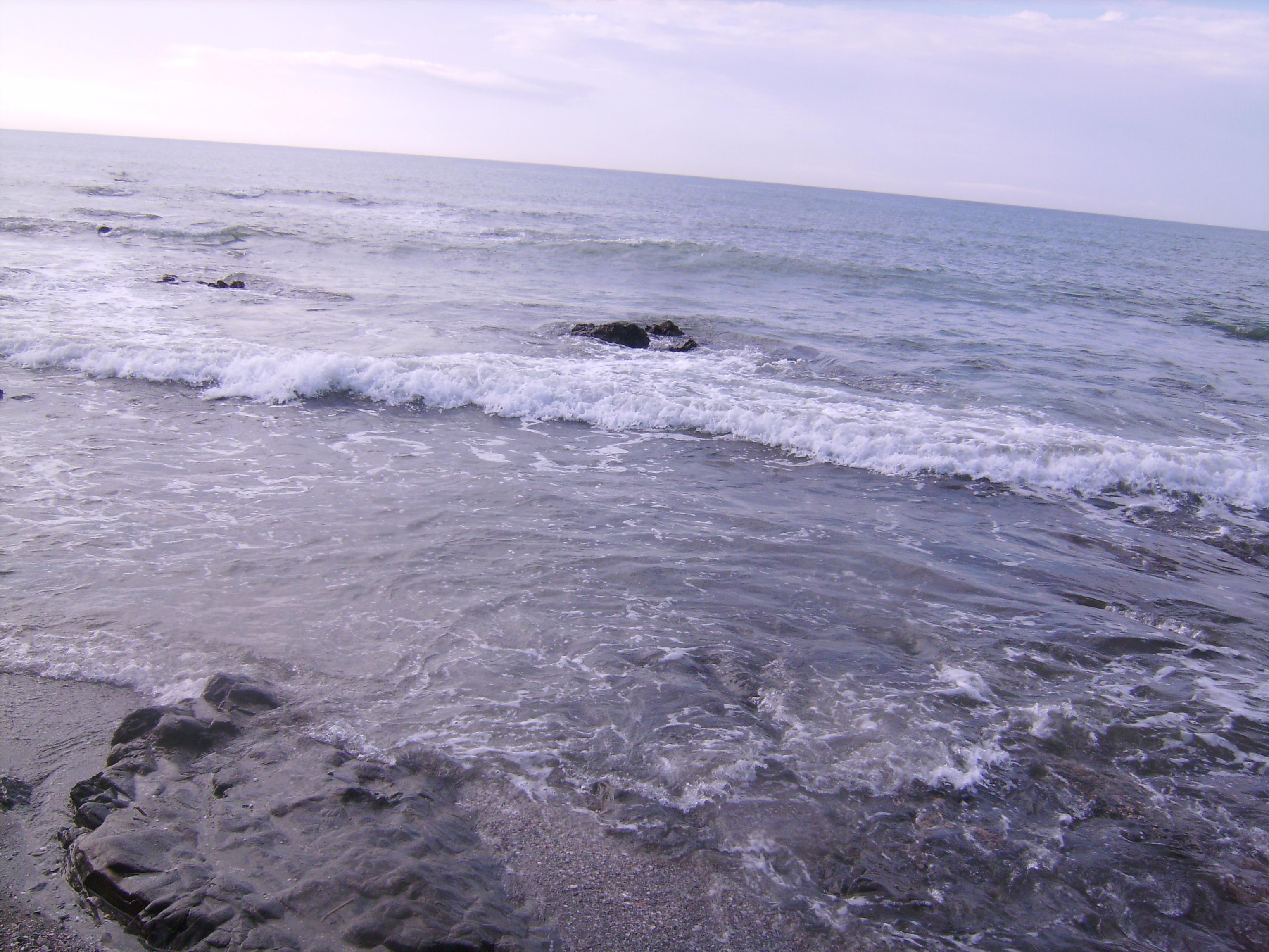Ahol a rózsa, ott a tenger. Ahol a Nyílás, ott a tenger. <br />S a fordított nyílás, a Hervadás:<br />az is a Tenger.<br />