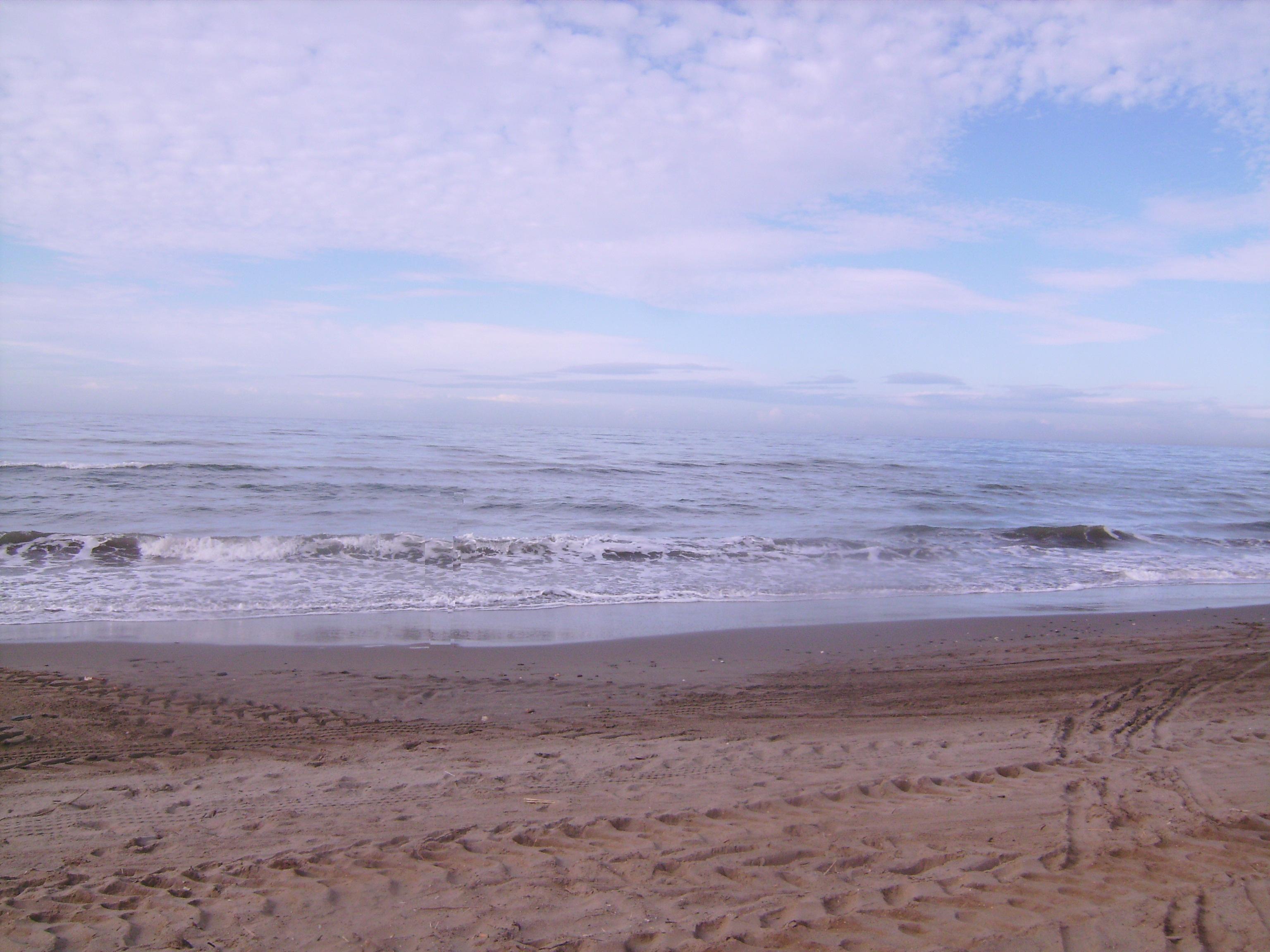Ahogy a tenger ír a fövenyre:<br />írja-törli, írja-törli<br />mindig ugyanazt<br />- sosem ugyanúgy.<br />Fodor Ákos<br />