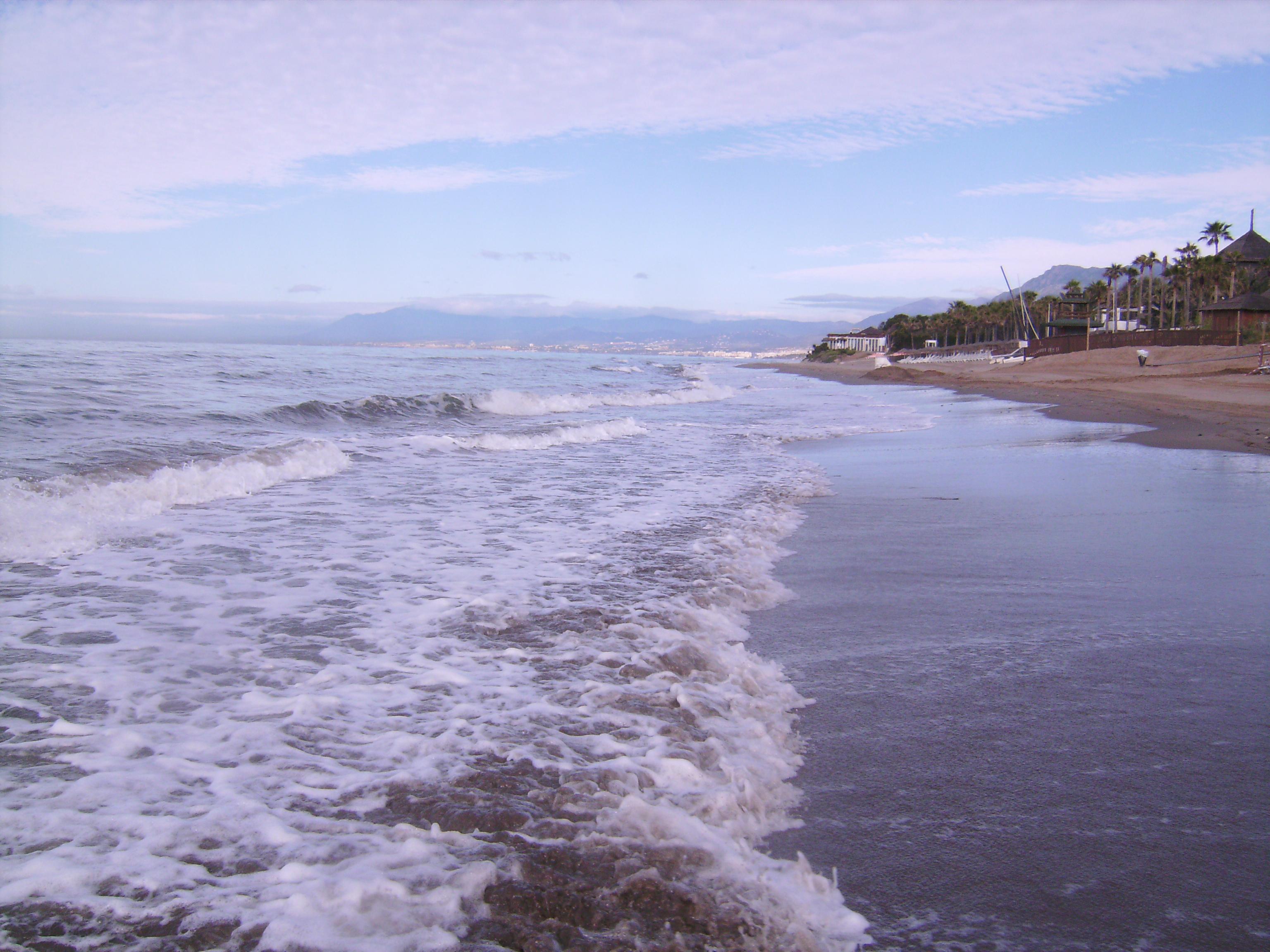 a mindig éppen elmúló, a mindig éppen változó <br />öröklét: ez vagyunk. Magunkkal visszük tengerünket. <br />