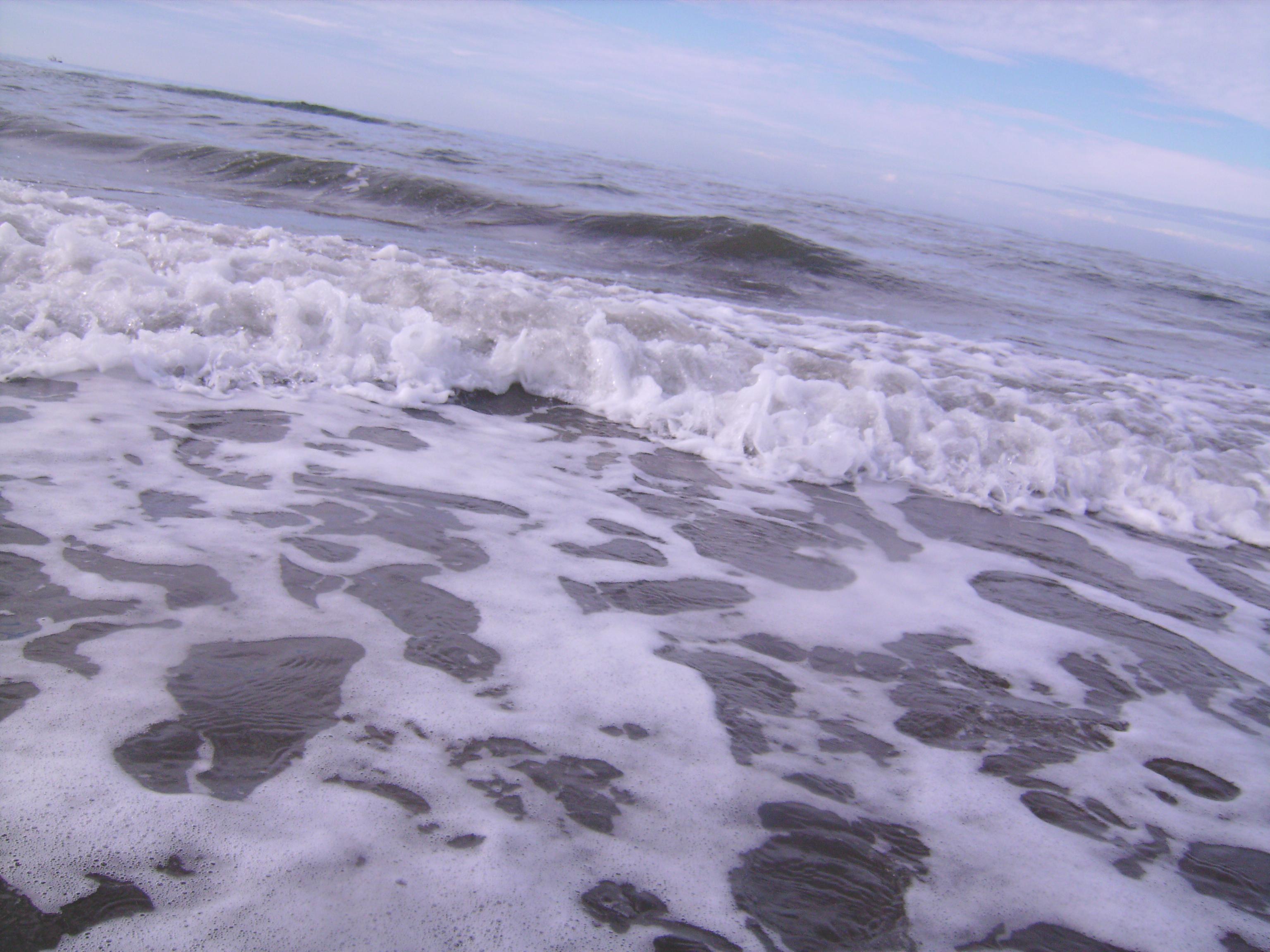 Két tenger közt egy hullámsáv, félig még fodrozó, félig merev már,<br />ez vagy, Szerápion. Ezek vagyunk: két tenger közt az Átmenet<br />hullámai, elporladók s mindig megújulók;<br />