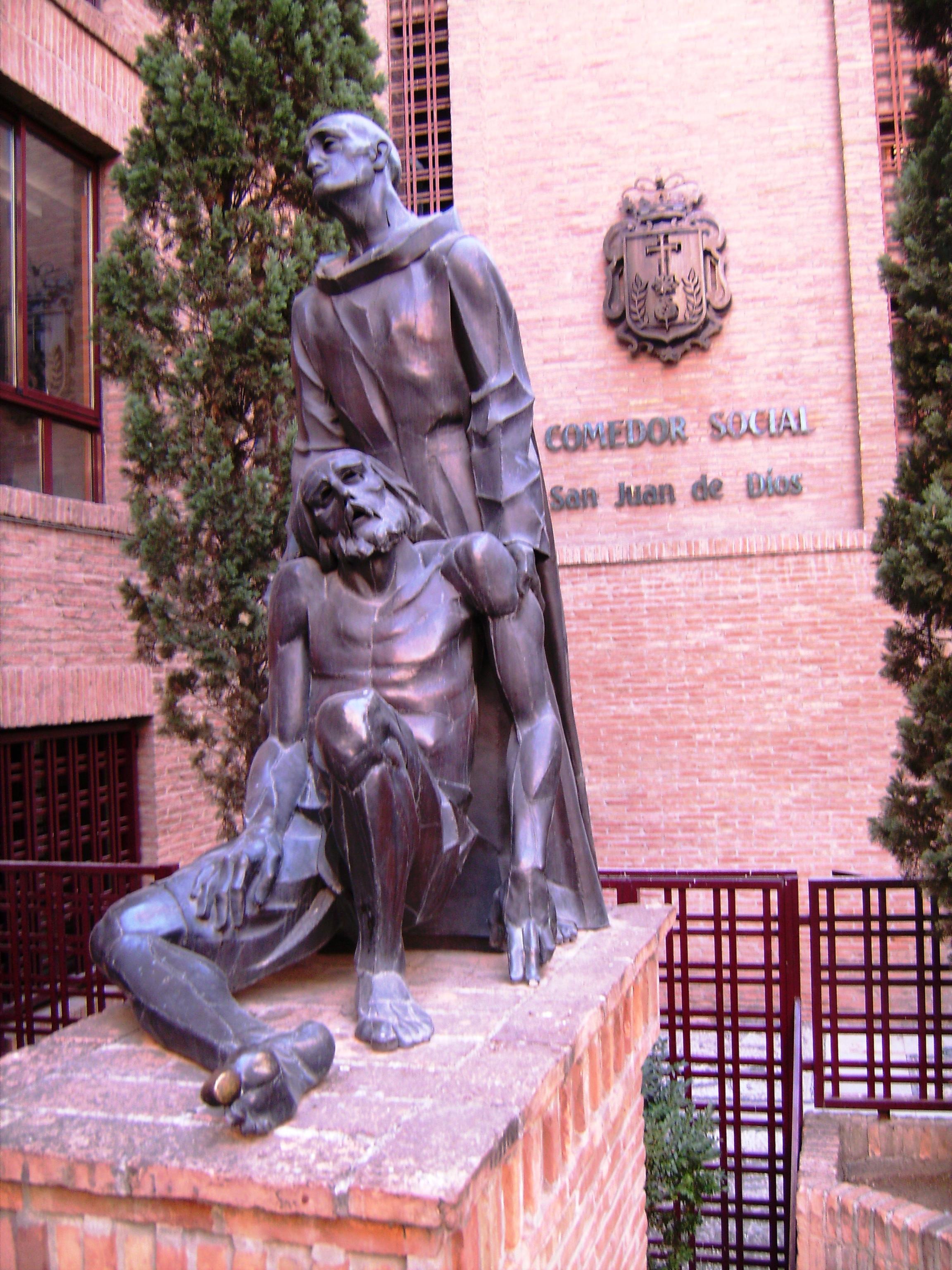 Kicsit eltávolodva a folyóparttól és a központtól, erre a szoborra bukkantunk a  Comedor Social San Juan de Dios* de Granada – a San Juan de Dios  kórház melletti szociális intézmény előtt.
