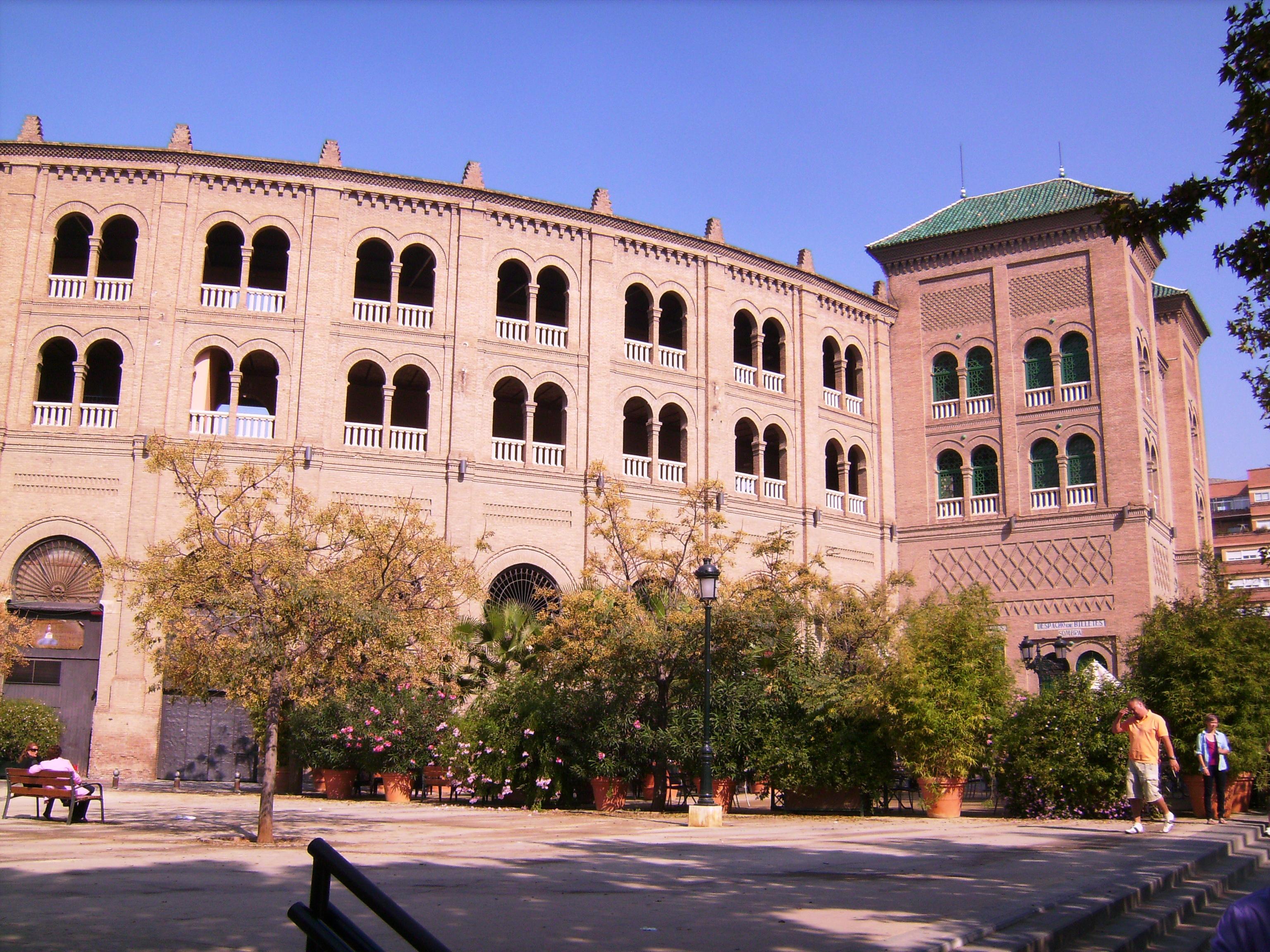 Még távolabb, az állomáson túl minden spanyol város jellegzetessége, az Aréna*. <br />* https://hu.wikipedia.org/wiki/Bikaviadal<br />