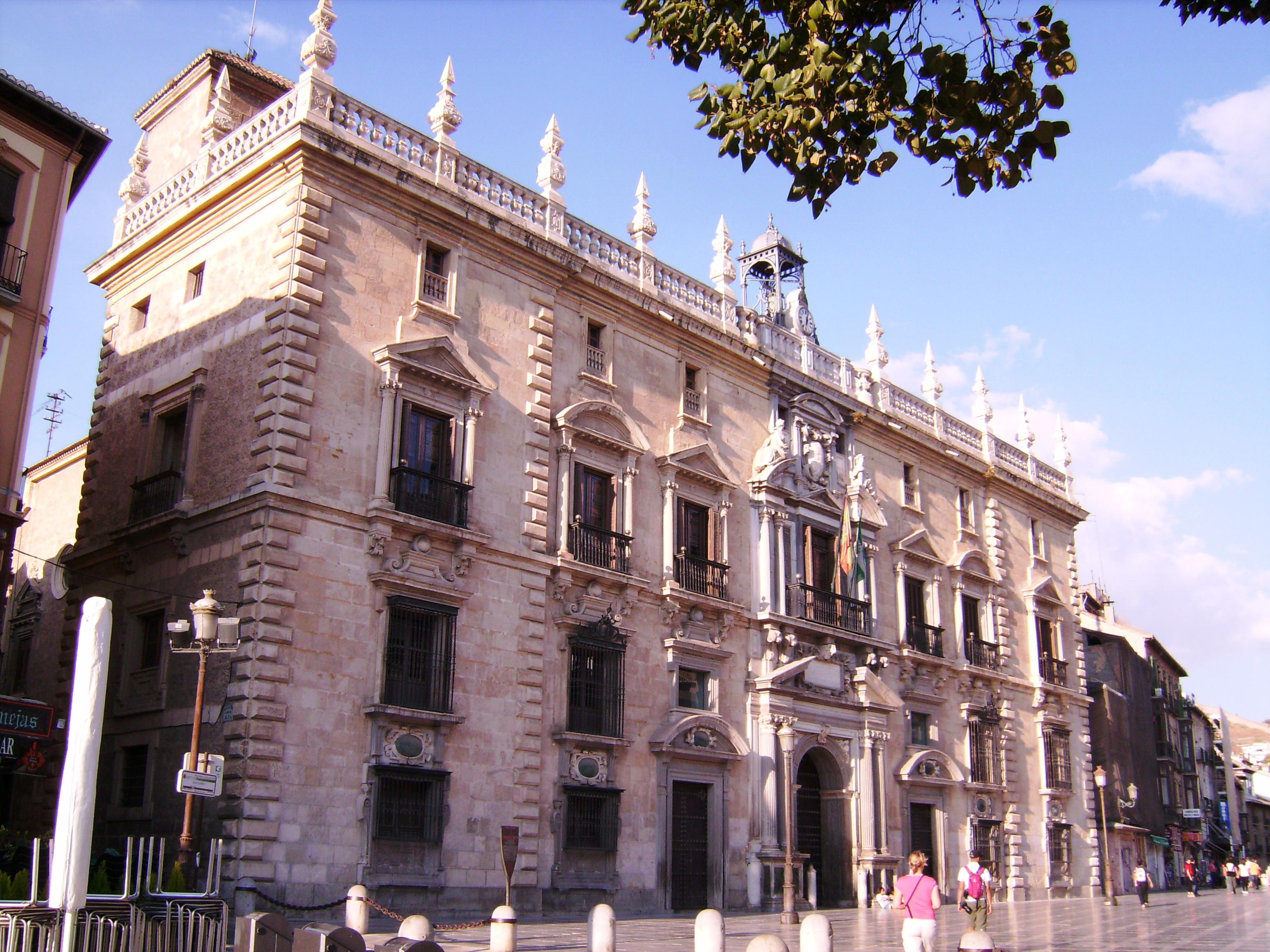 A 16. századtól a város politikai központja, legszebb és legjellegzetesebb épülete a Királyi Kancellária (Real Chancillería), amelyet 1530-ban építettek V. Károly uralkodása alatt.  Ma itt található Granada tartomány legfelső bírósága.