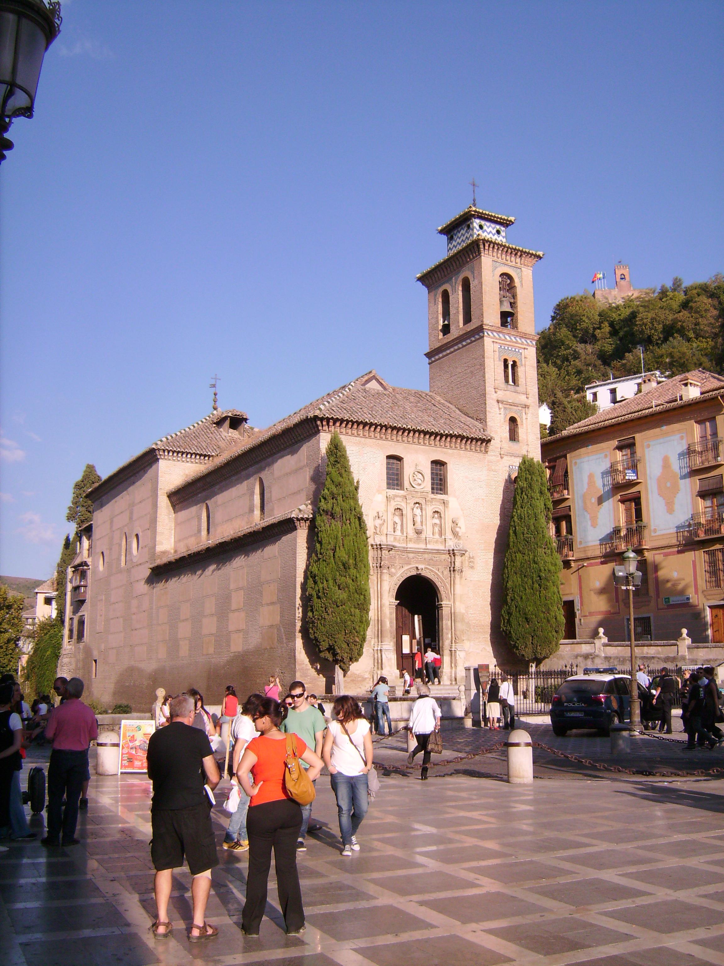 Gyakorlatilag egybeépült a Plaza de Santa Ana térrel, amely azonban kicsit meghittebb, csendesebb.