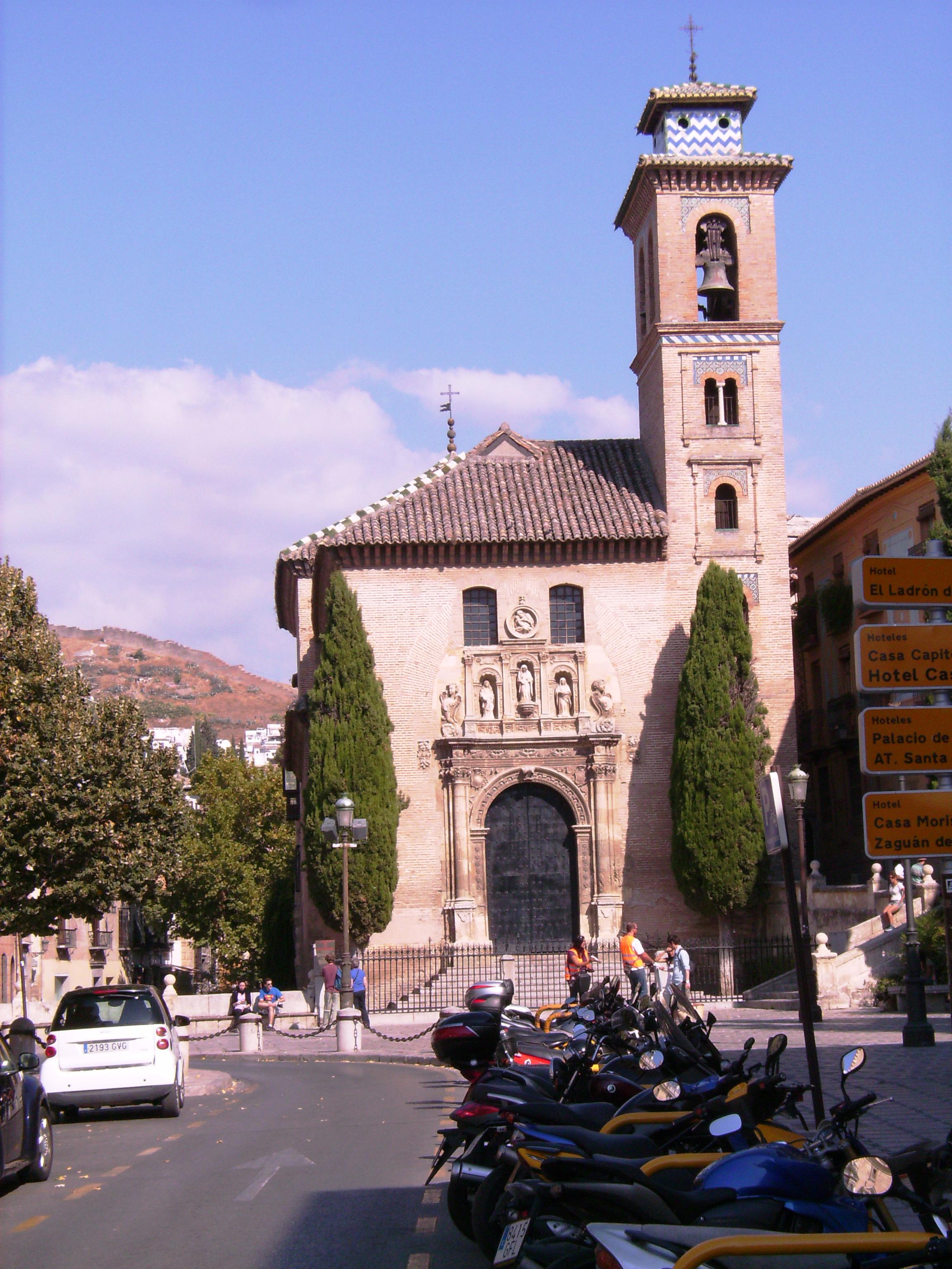 A tér fő látványossága a 16. században épült Santa Ana y San Gil templom.