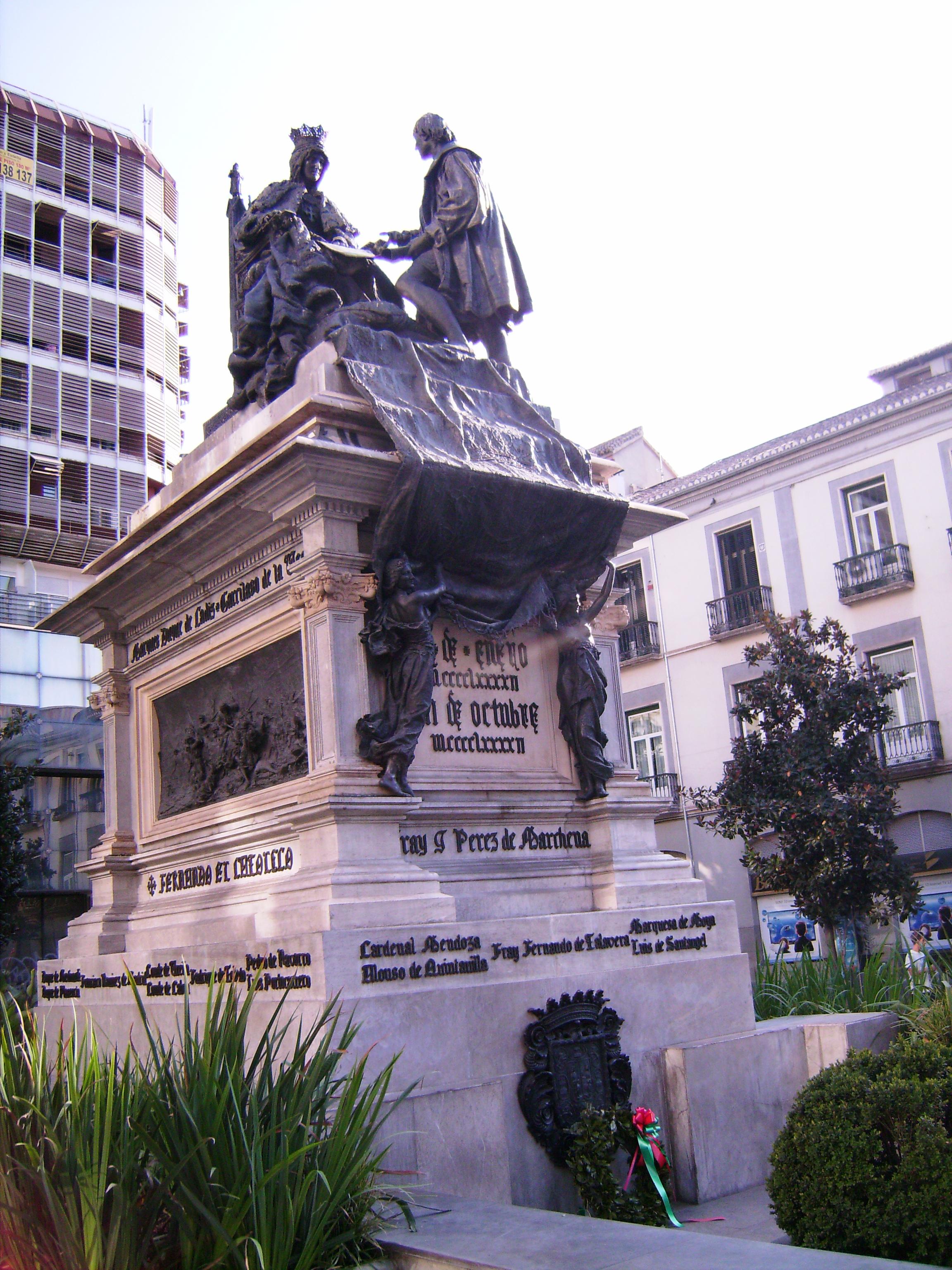 A Katolikus Izabella tér (Plaza Isabel Catolica) áll a Santa Fe szerződés emlékműve*, <br />Azt a pillanatot ábrázolja, amikor Kolumbusz átnyújtja a királynőnek az expedíció terveit.  <br />* http://www.rubicon.hu/magyar/oldalak/1492_aprilis_17_a_spanyol_uralkodopar_megbizza_kolumbuszt_egy_indiai_expedicioval/