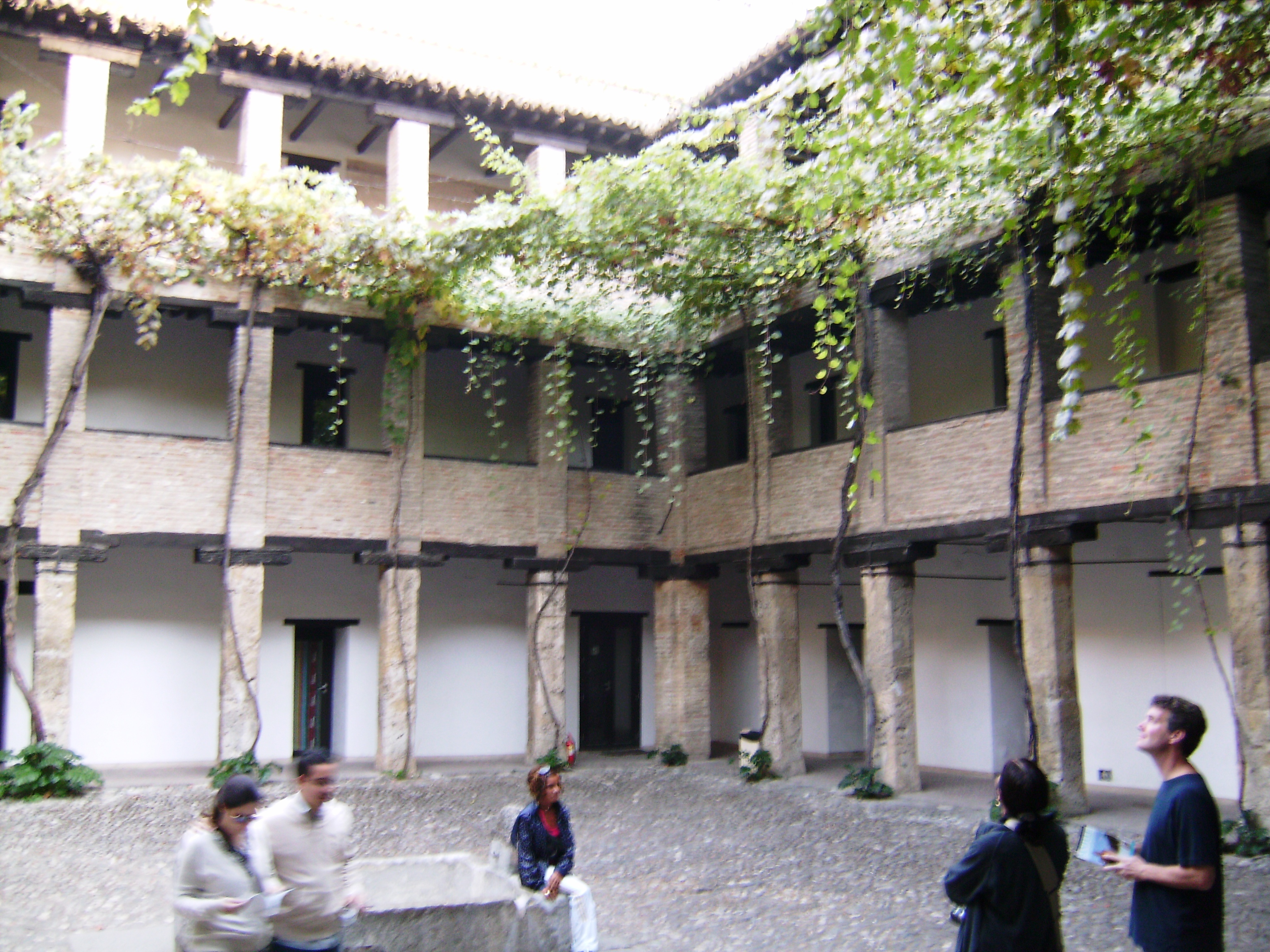 A régi karavánszeráj (El Corral del Carbón) egy 14. századi mór épület, mely akkoriban fogadó és szálloda volt a Granadába érkező kereskedőknek. Ma az épület a granadai turista információnak ad helyet.