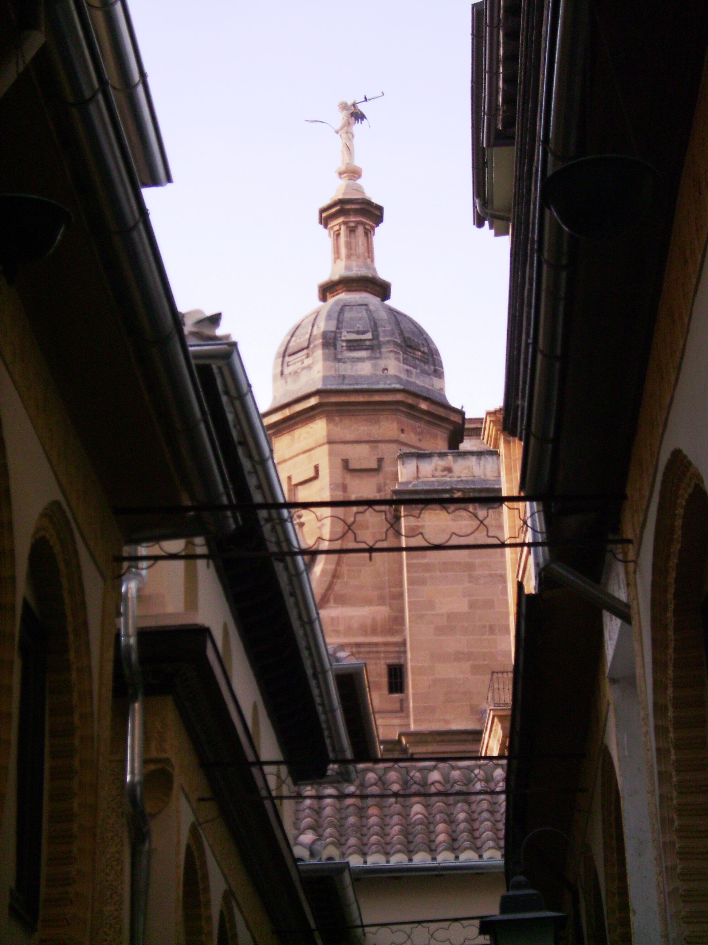 Az építményt San Juan Evangelista építész tervezte gótikus és reneszánsz formákat használva. 1521-ben a katolikus királyokat a királyi kápolnába temették.