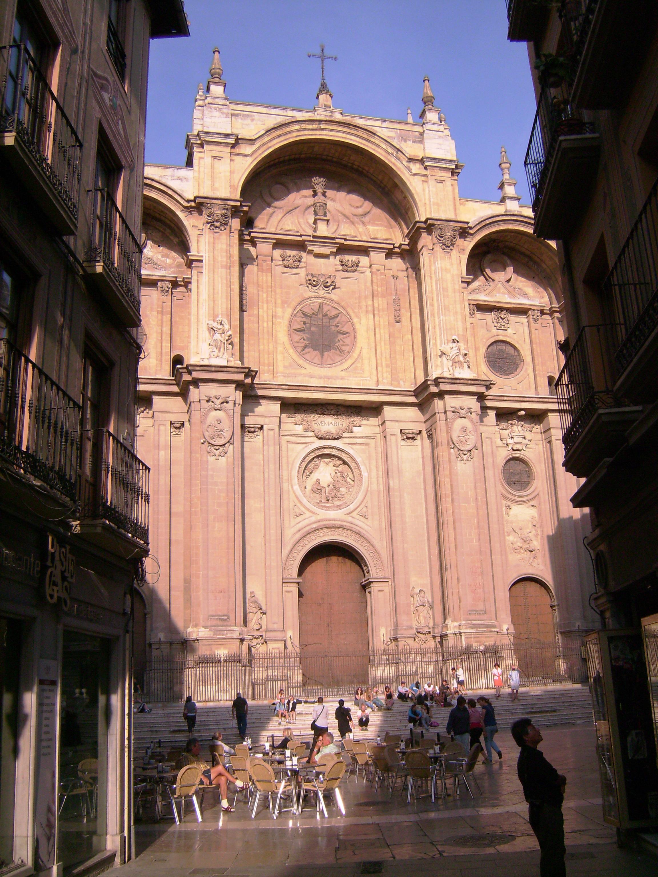 A gótikusból reneszánszba való átmeneti időszakban épült, hordozva annak korábbi vonásait. Az északi részt később toldották hozzá.