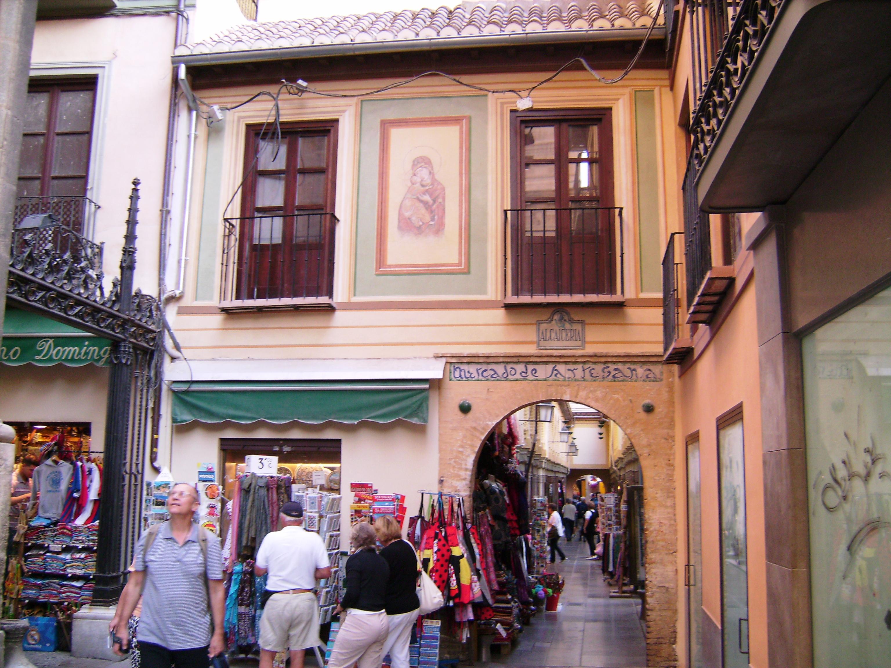 Az Alcaicería, Granada híres bevásárlónegyede a Katedrális mellett.