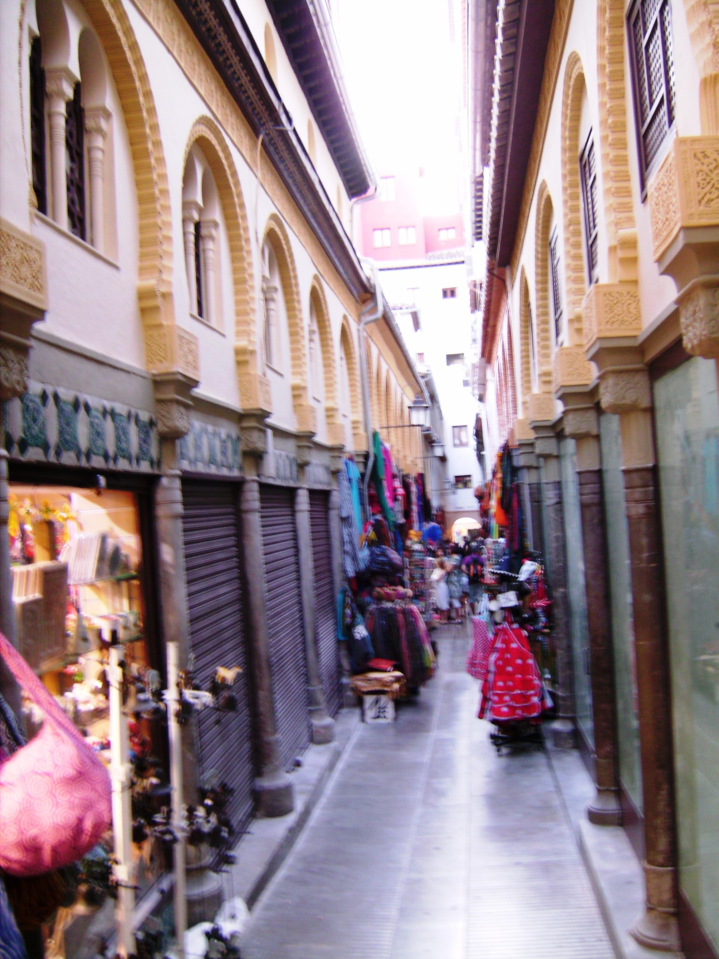 A fő profil a turistáknak szánt szuvenírek, azok között is flamenco-ruhák minden színben és méretben.