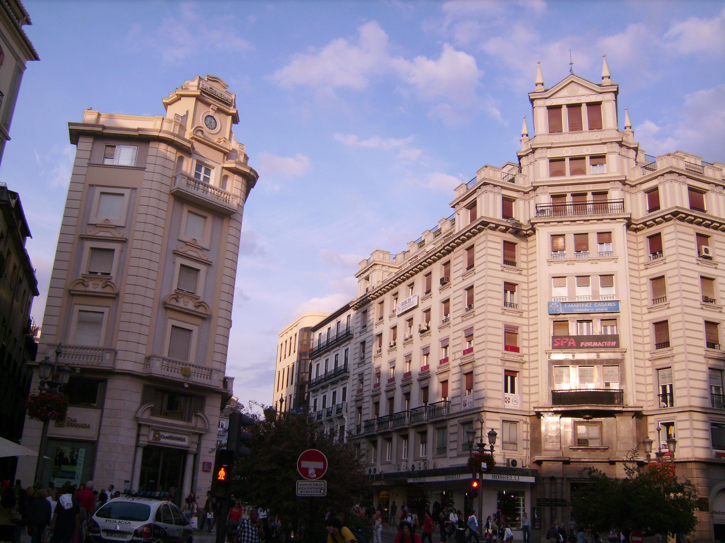 Puerta Real tér a nevét IV. Fülöp* 1624. április 8-i látogatása alkalmából kapta.<br />* https://hu.wikipedia.org/wiki/IV._F%C3%BCl%C3%B6p_spanyol_kir%C3%A1ly<br />