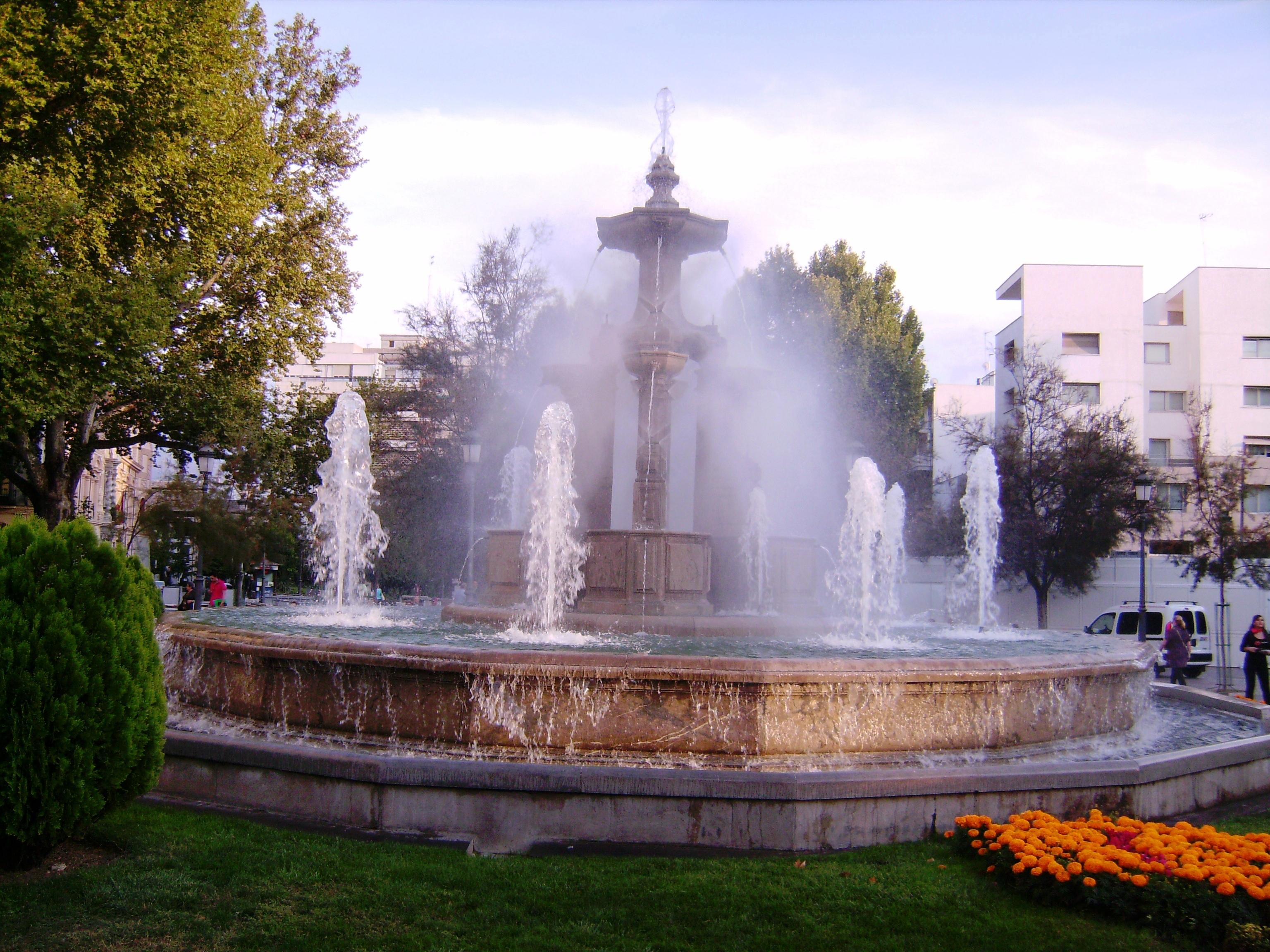 A Fuente de las Batallas, az Acera del Darro és a Carrera del Genil kereszteződésében áll.