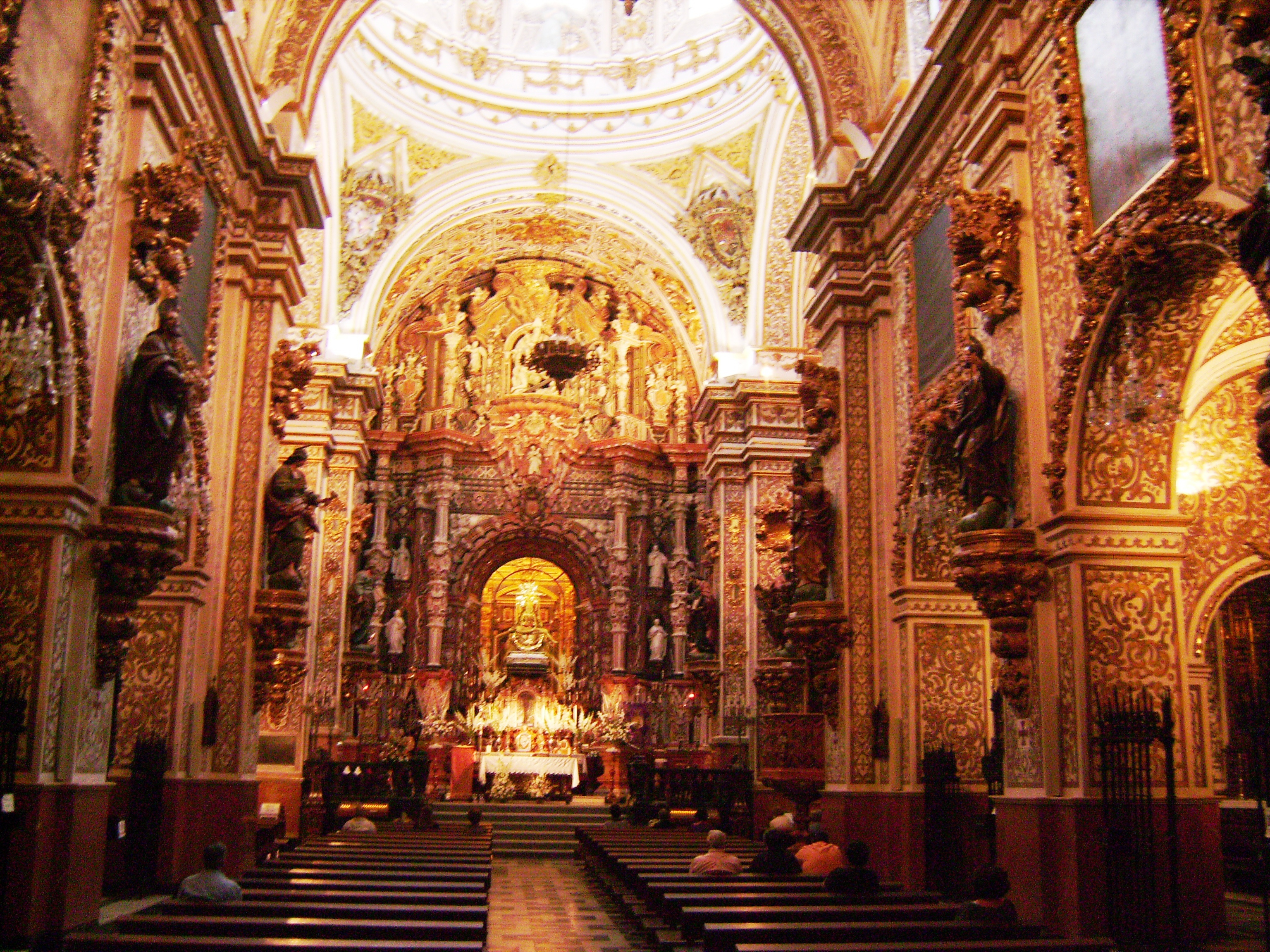 és itt található a város védőszentjének, Nuestra Señora de las Angustias-nak a szobra, akiről nem tudtuk kideríteni, ki is volt.