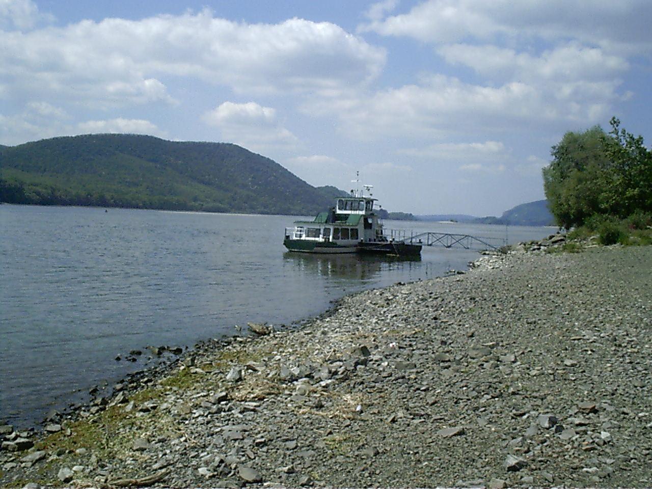 Lesétálván a Duna és az Ipoly összefolyásához, némileg módosítottunk a képen, a két folyó találkozása vadregényes tájat alakított ki,
