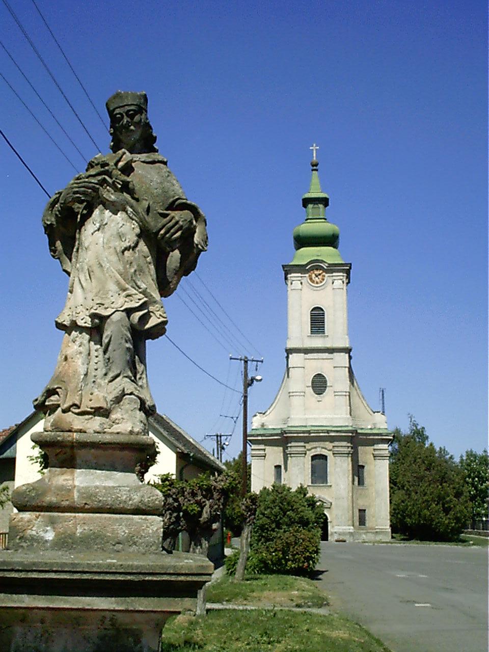 Az ország  második legrégebbi Nepomuki Szent János szobra, a 1758-ból. A mészkőből készült szobrot eredetileg színesre festették, napjainkra azonban erősen megkopott már az időjárás viszontagságainak következtében.