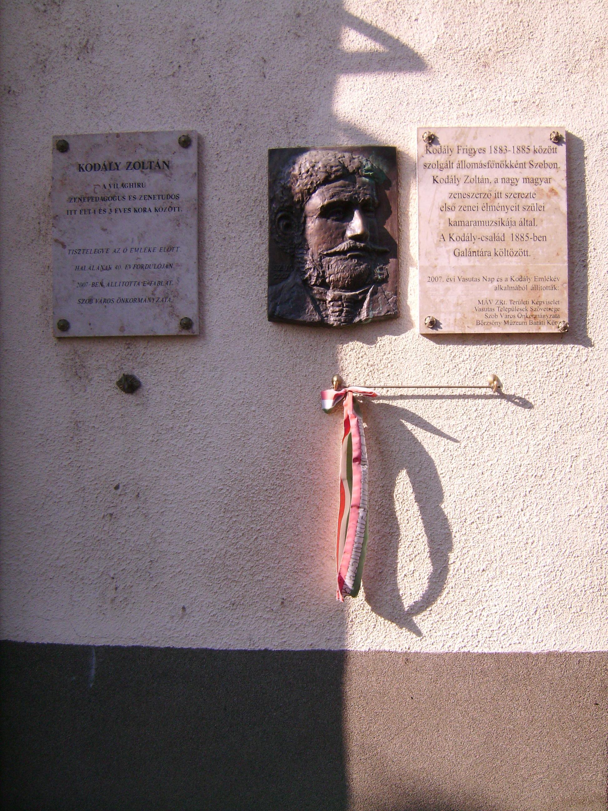 Kodály Frigyes (Kodály Zoltán édesapja) 1883-1885 között Szobon a vasútállomás főnöke volt. A család közel három évet töltött Szobon.<br />Szintén Szabó Imre alkotása, 2007<br />