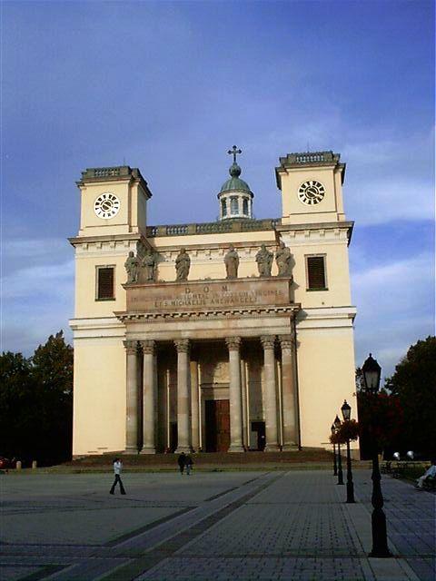 1761 és 1777 között épült klasszicista és késő barokk stílusban.