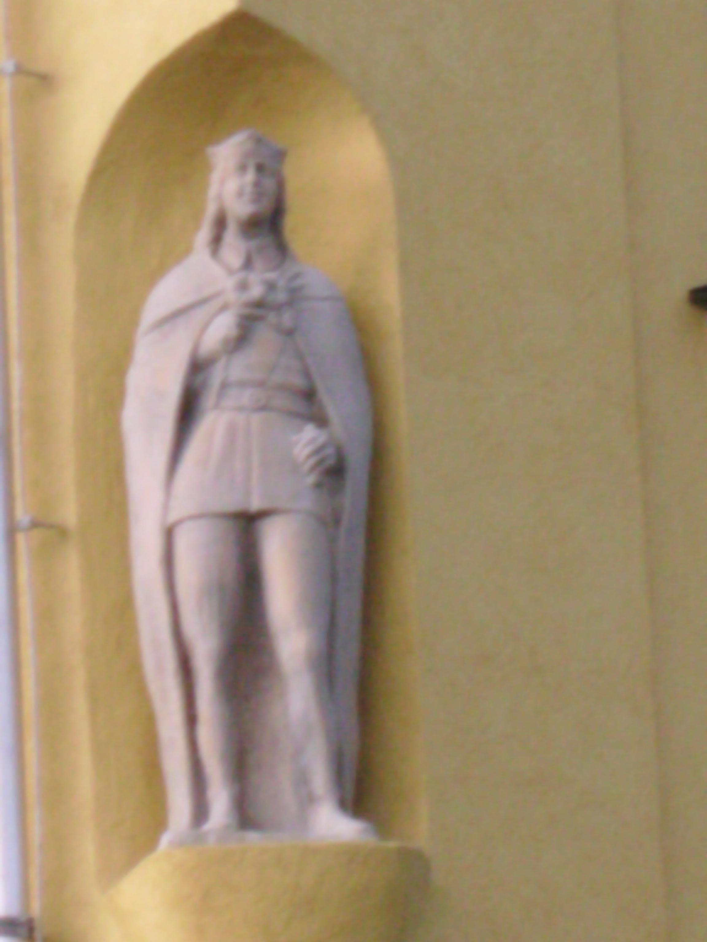 Ez a szobor nyilván a templom oldalában van, nem sikerült kiderítenem, kit is ábrázol.