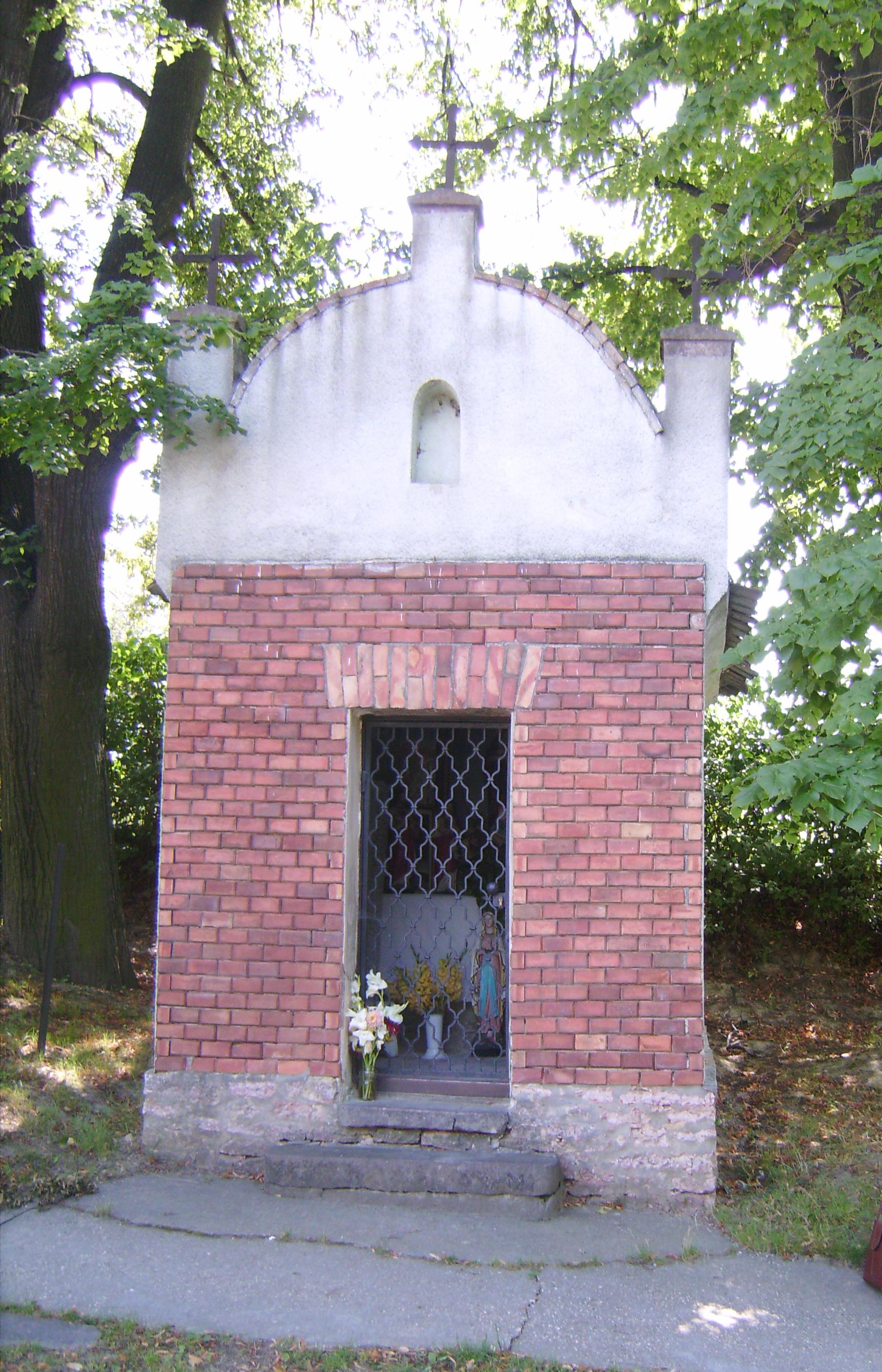 Ezt a kis kápolnát (?) a falu felé vezető úton lőttük, sajnos nem tudtam róla kiderítani semmit.