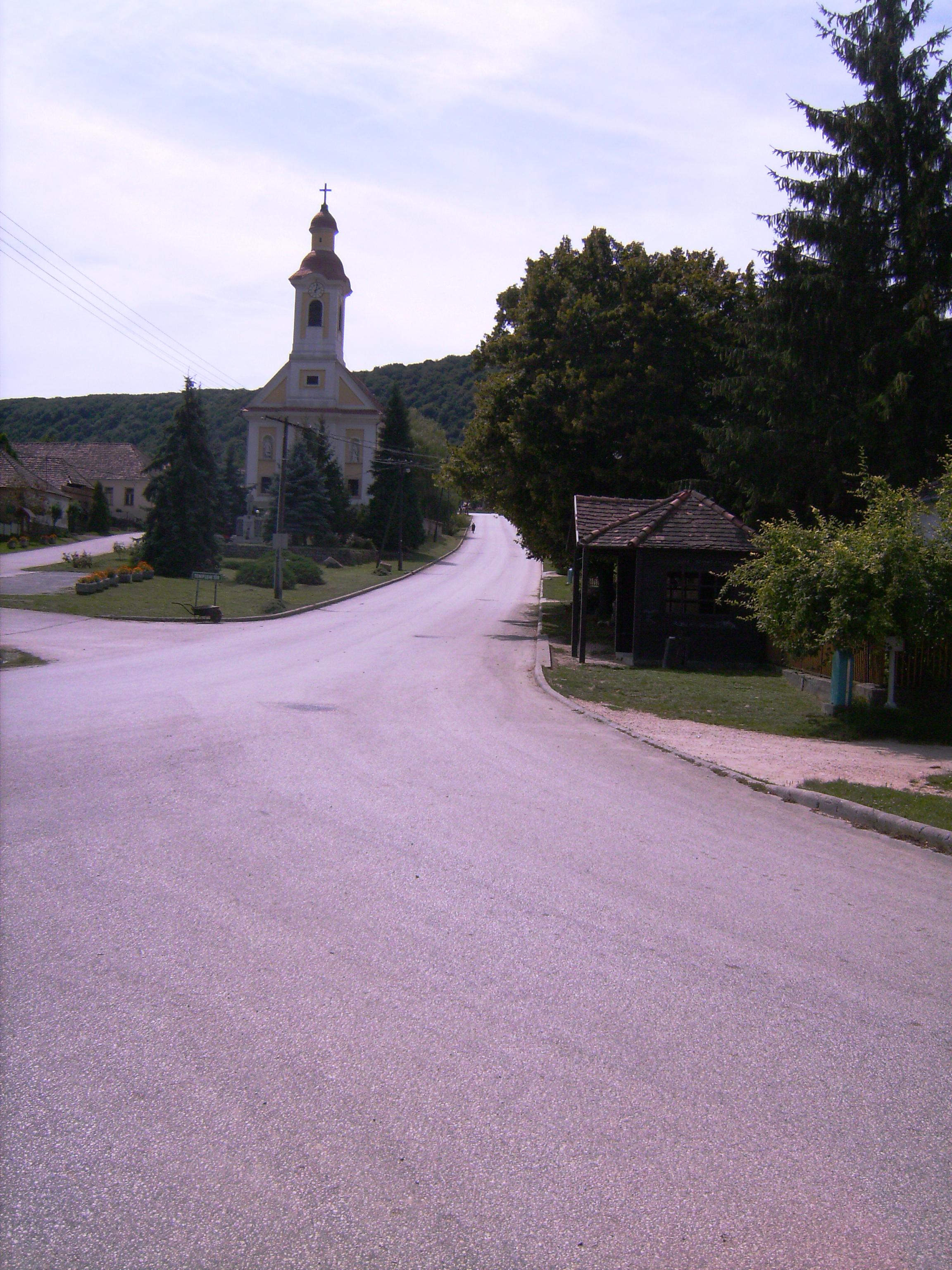A tardosi Templom-tér egy kis sziget a falu közepén, két utca között.