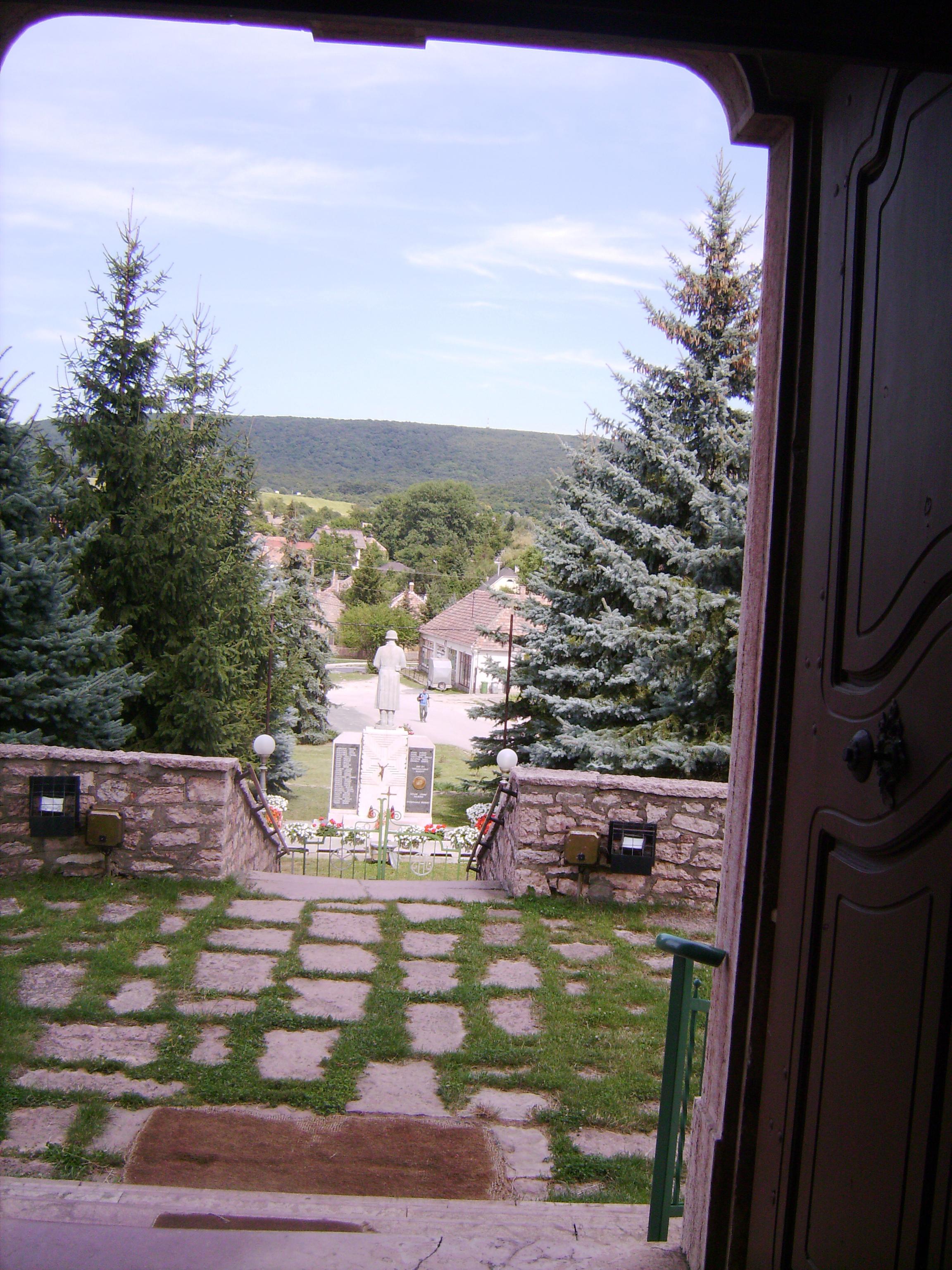 A templom egy magaslaton fekszik, körülötte kis parkocska
