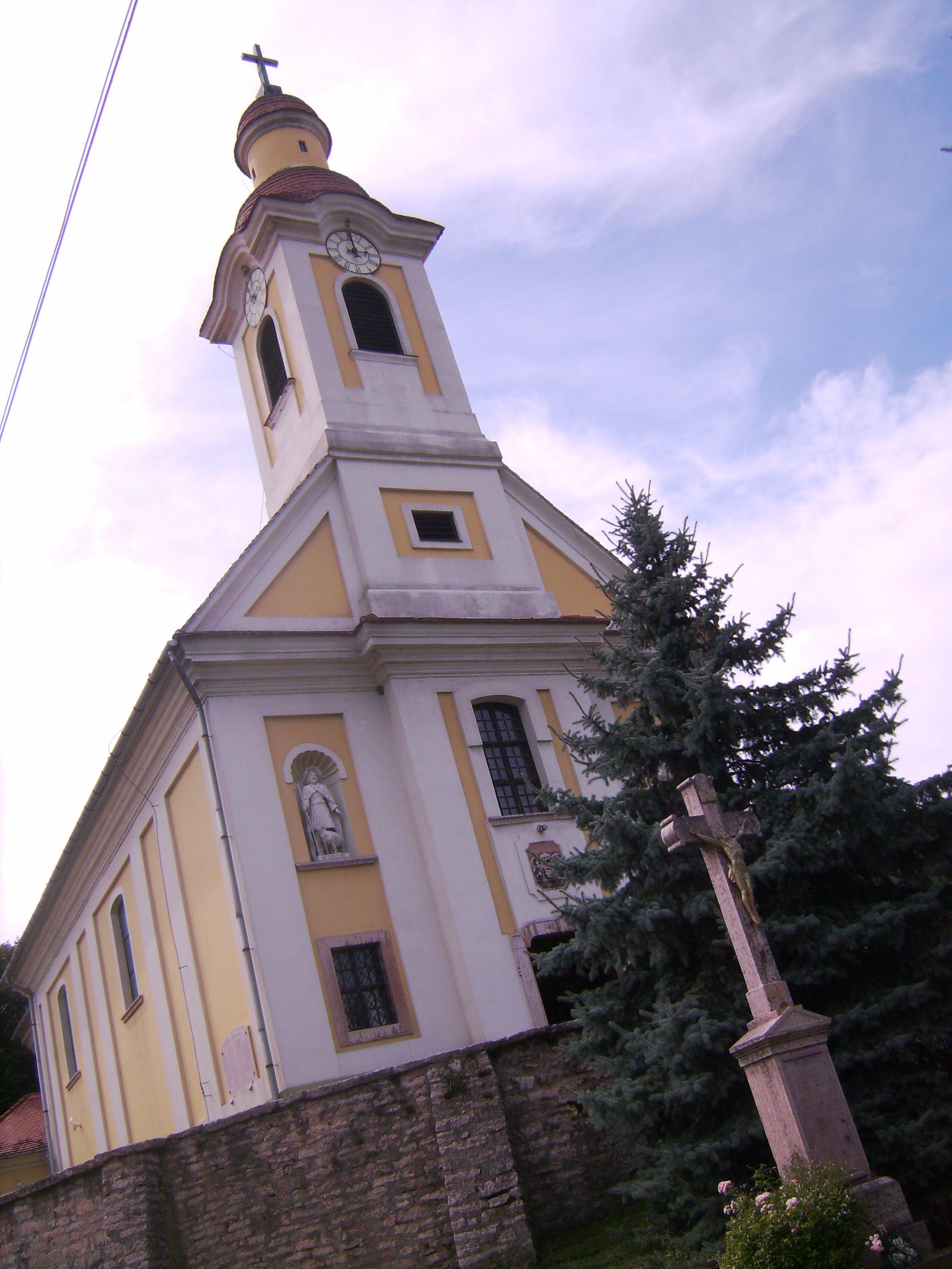 Szent Mária Magdolna plébániát 1775-ben az érsek támogatásával építették, 155 m2 alapterületű, paraszt-barokk stílusú volt.<br />A 200 év alatt többszöri felújítást megélt templomot az 1970-es években külsőleg teljesen fel kellett újítani.