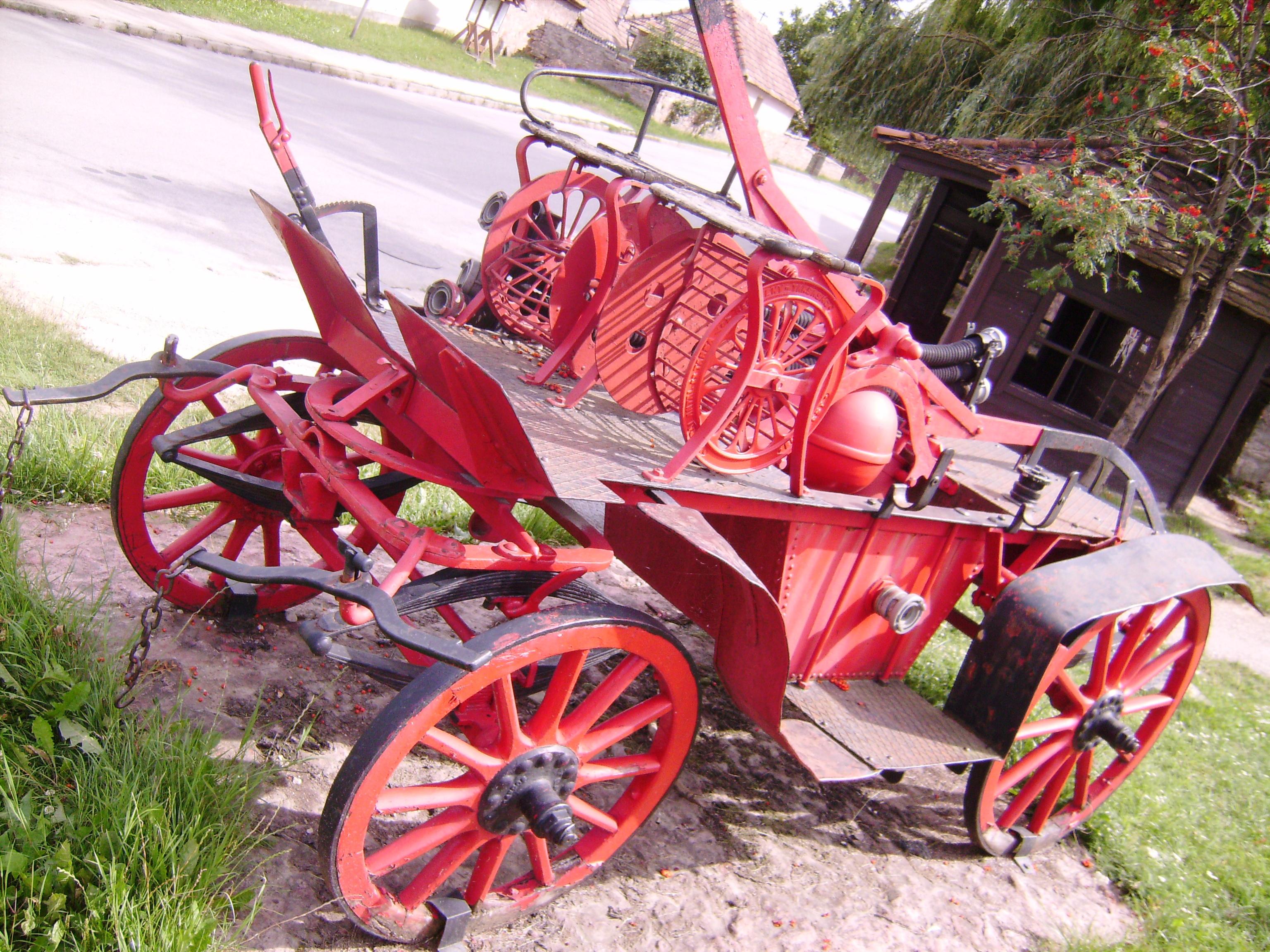 És persze ilyen kocsikkal elég nehézkes volt a tűzoltás. Gyönyörű darab, szintén a tűzoltószertár előtt.