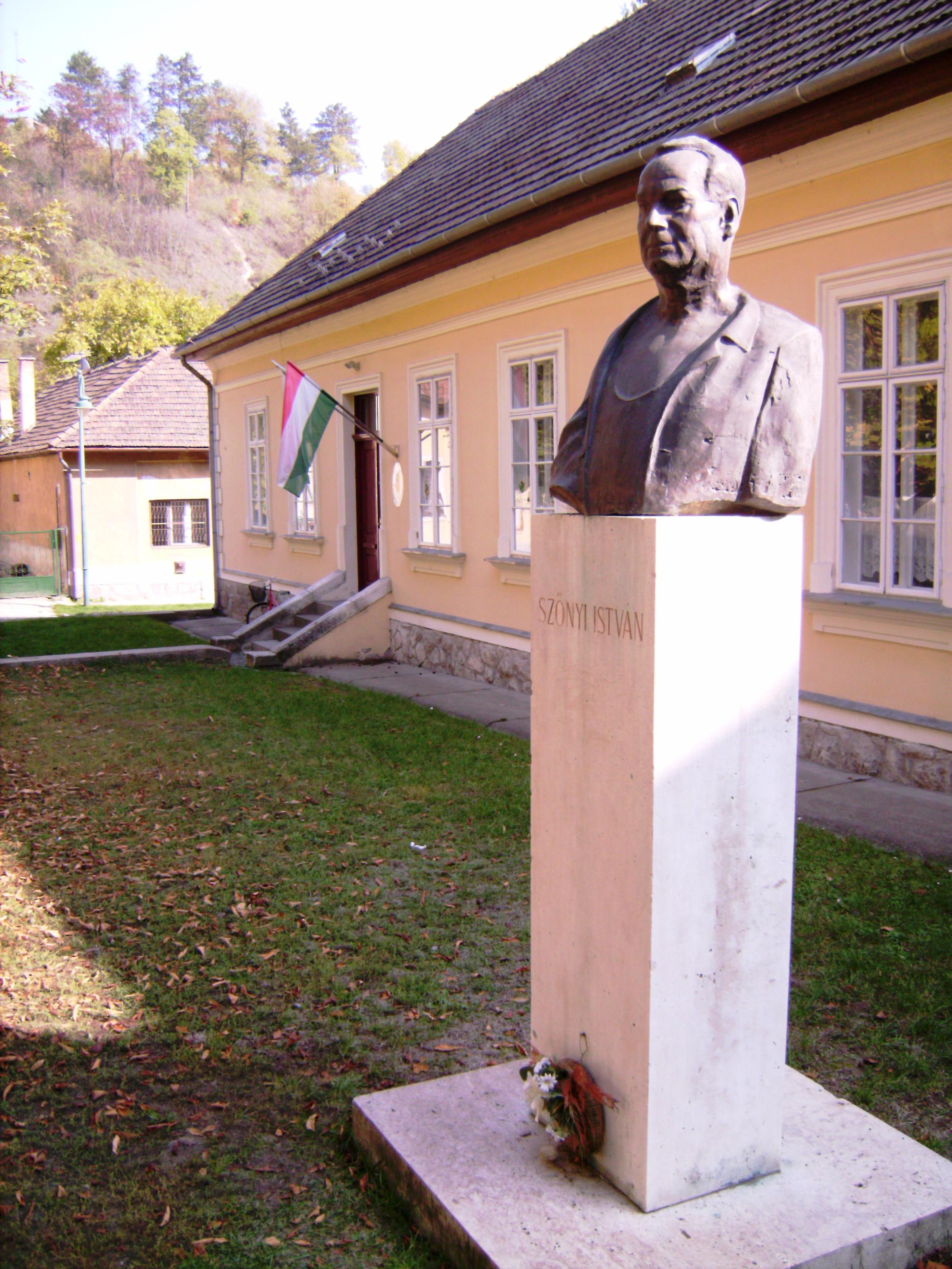 A város talán leghíresebb lakójának, Szőnyi Istvánnak a mellszobra, Nagy Attila szobrászművész alkotása.