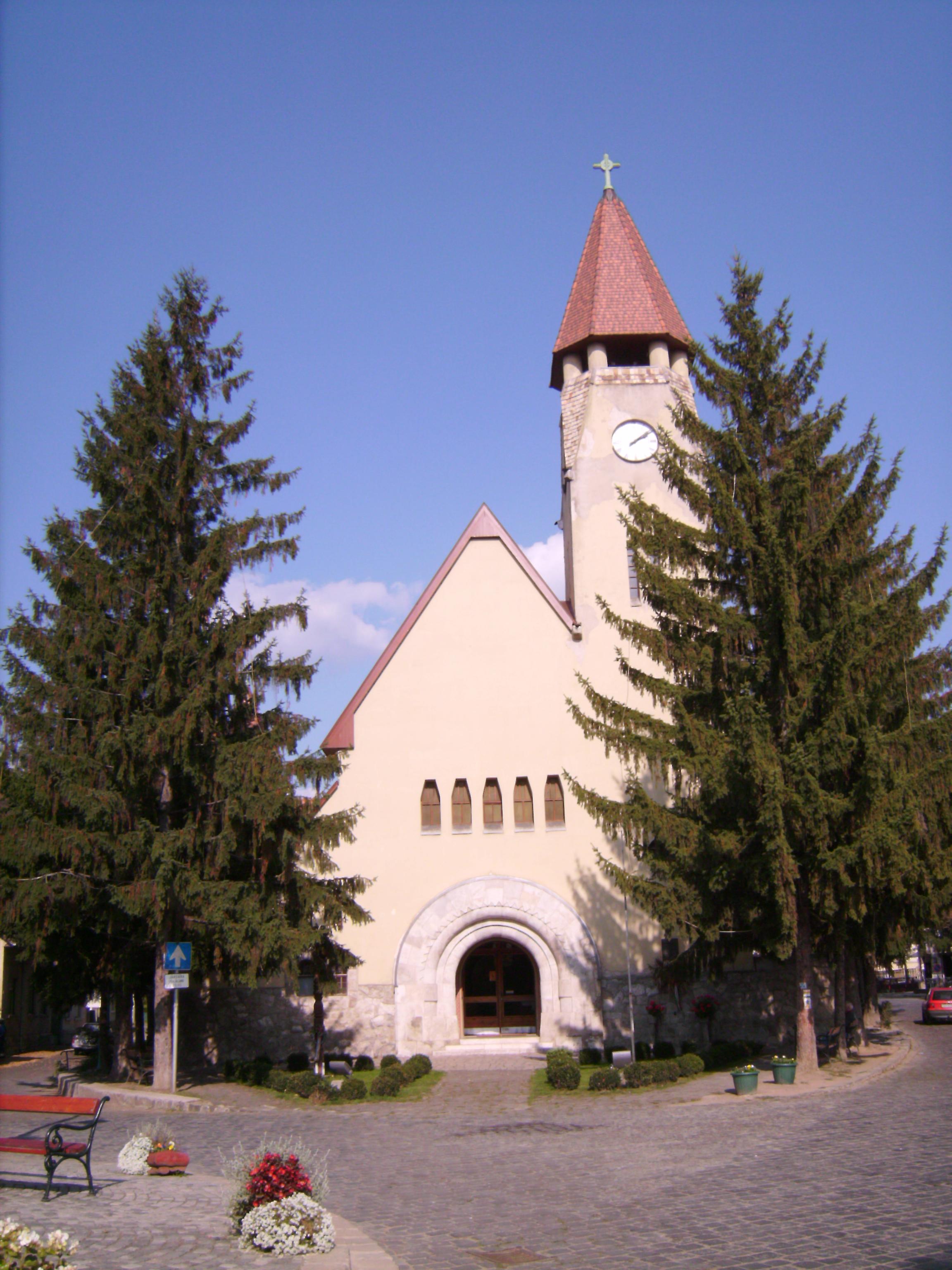 A zebegényi Havas Boldogasszonynak szentelt templomot Kós Károly tervezte. Ottjártunkkor még így nézett ki, a 2010-es centenáriumra újították fel, olyannyira, hogy az eredeti terveken szereplő homlokzati díszítést is - ami 1910-ben pénzhiány miatt lemaradt - pótolták.