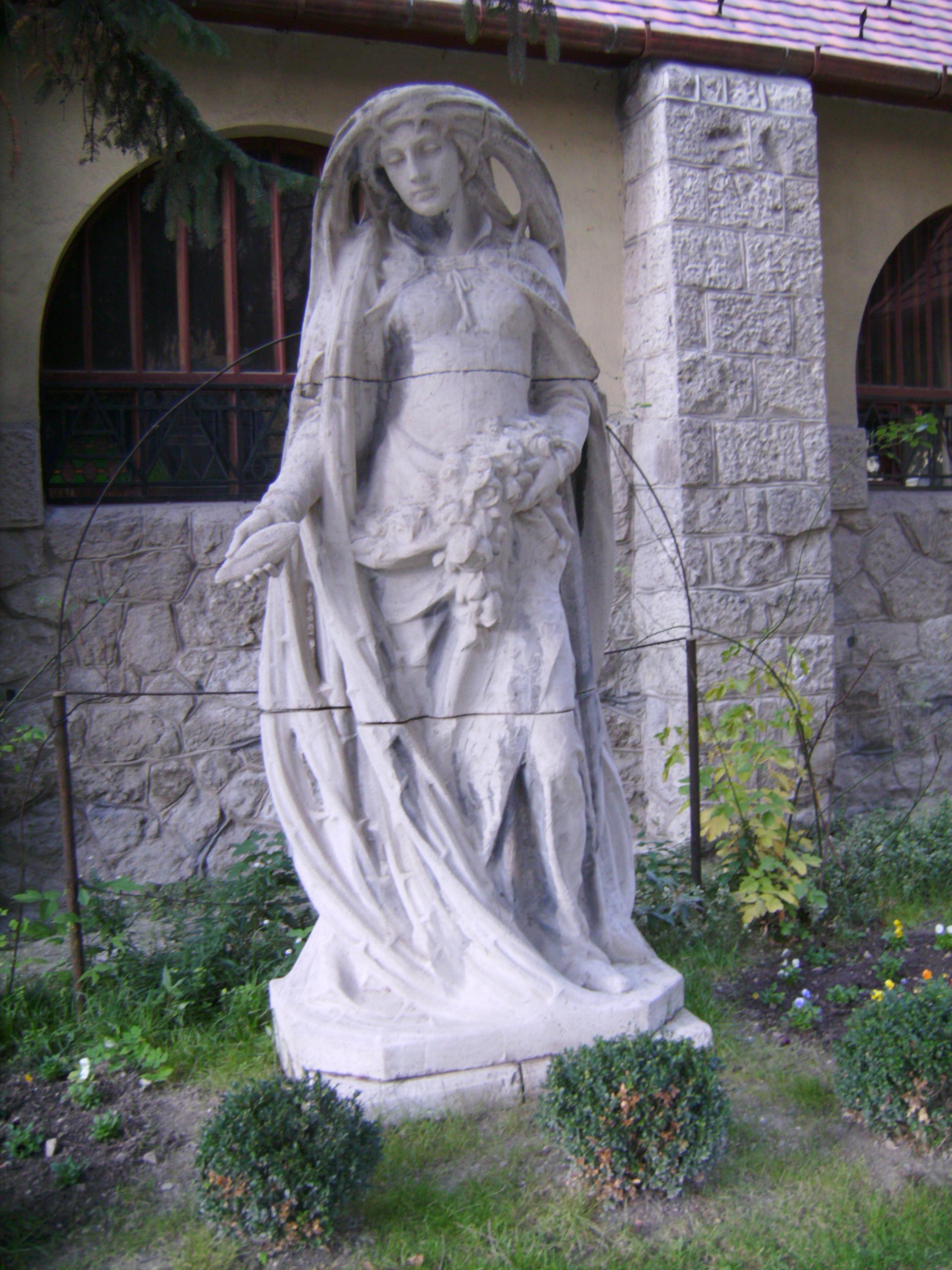 A templom melletti Árpád-házi Szent Erzsébet szobor, Maróti Géza alkotása, csak később került ide, eredetileg a művész kertjében állt. Mégis tökéletesen illeszkedik a templom stílusához.