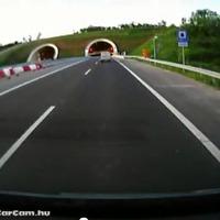 Tiltsák ki a járműveket az autópályákról!